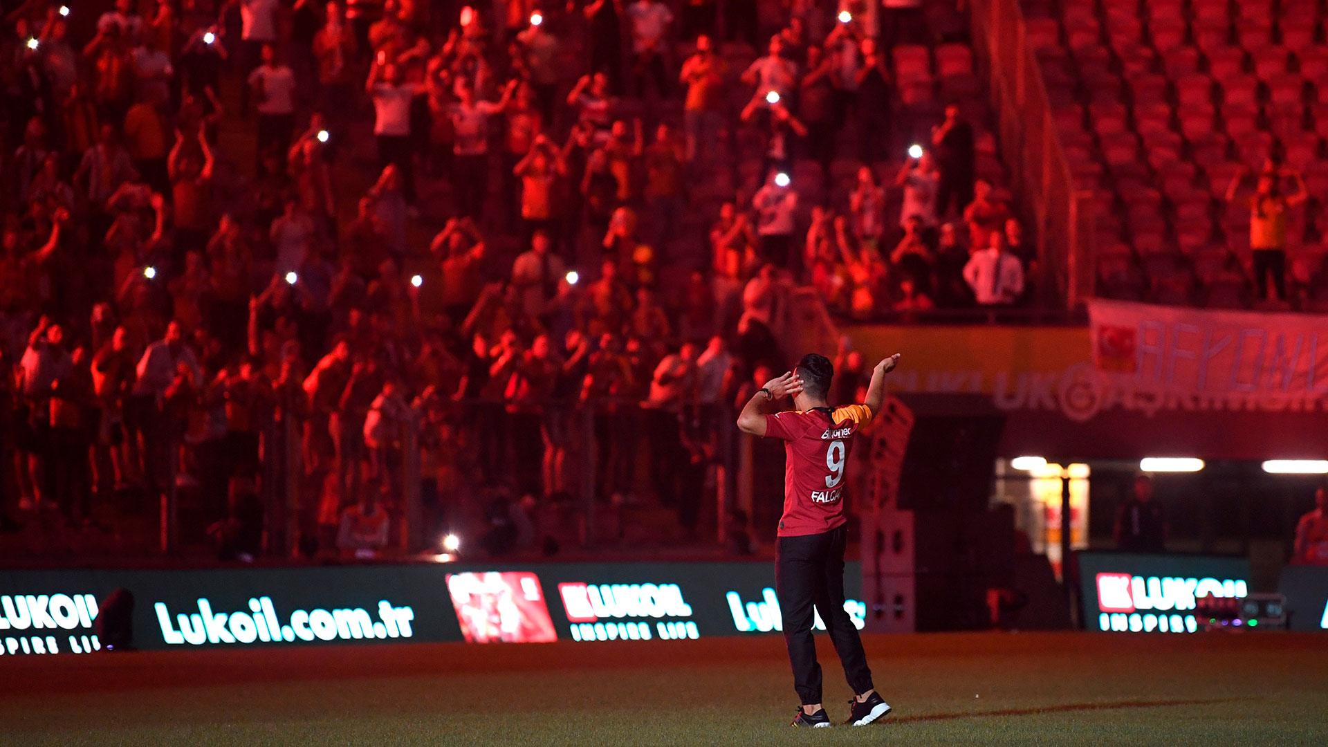 La firma oficial del contrato, para tres temporadas por una tarifa fija de 5 millones de euros, solo fue anunciada por el club en la noche del lunes, cuando faltaba apenas media hora para que se cerrase, a medianoche local, el plazo de fichajes