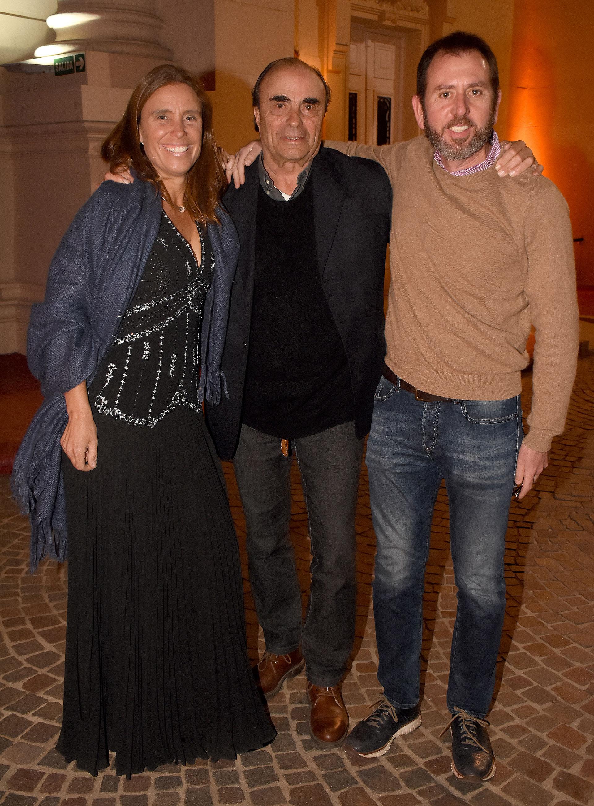 Martín y Malena Braun junto a Diego Pando, presidente de las Olimpíadas Especiales Argentina (OEA)
