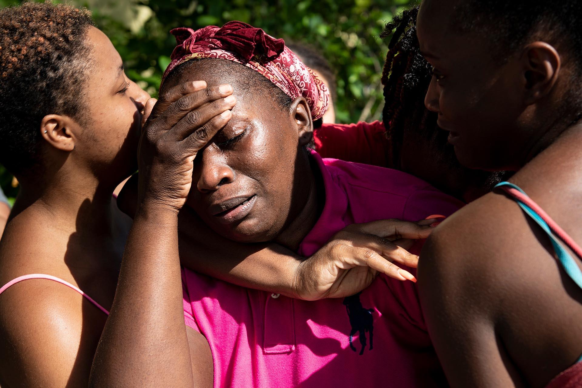 Catherine Russel es recibida por sus seres queridos después de llegar con otros sobrevivientes del huracán Dorian desde Abacoa Odyssey Aviation.