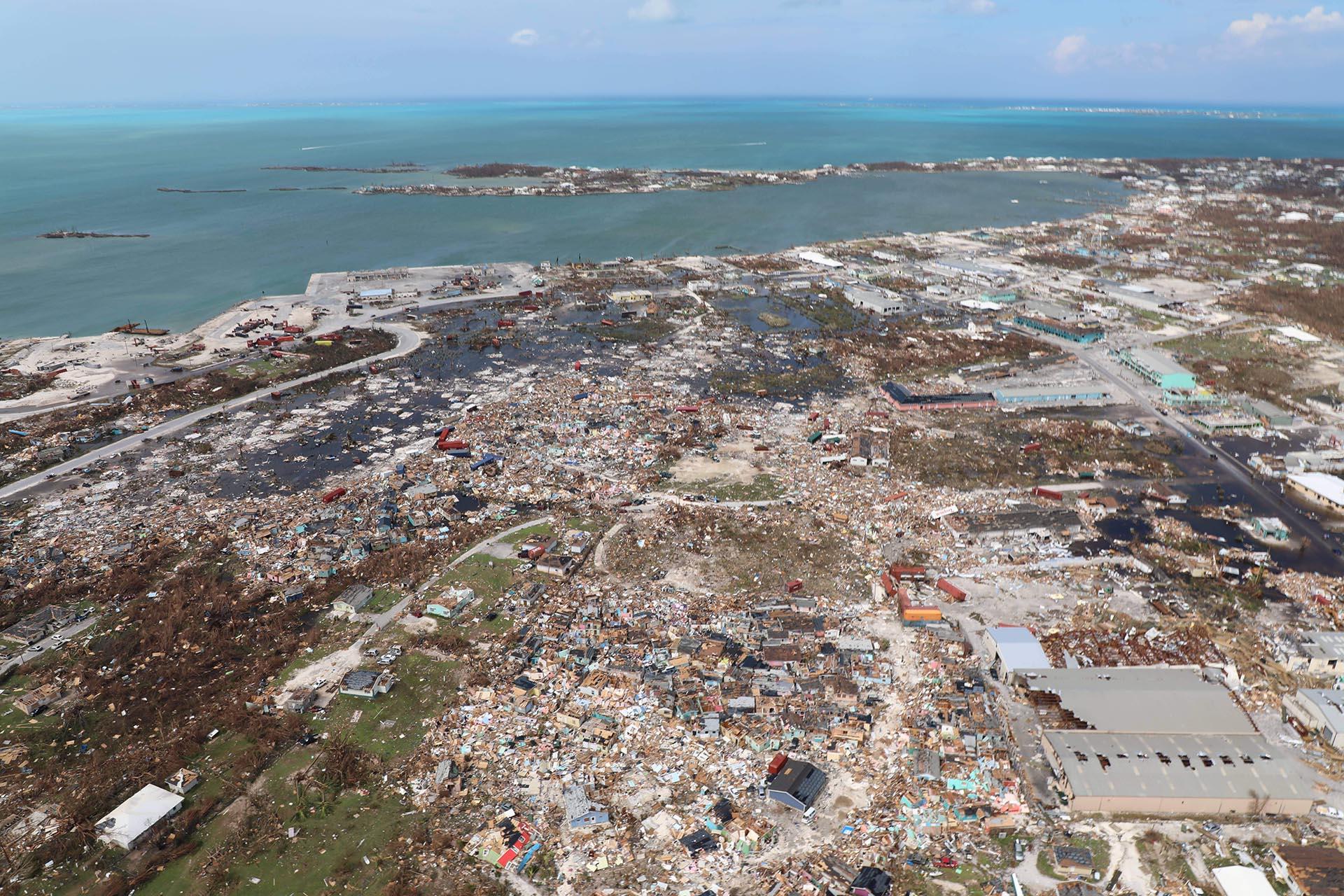 La destrucción causada por el huracán Dorian se ve desde el aire, en Marsh Harbour, isla Ábaco, Bahamas, el miércoles 4 de septiembre de 2019. La cifra de muertos por el huracán Dorian ha subido a 20. El ministro de Salud de las Bahamas, Duane Sands, publicó la cifra el miércoles por la noche y advirtió que era probable que hubiera más muertes