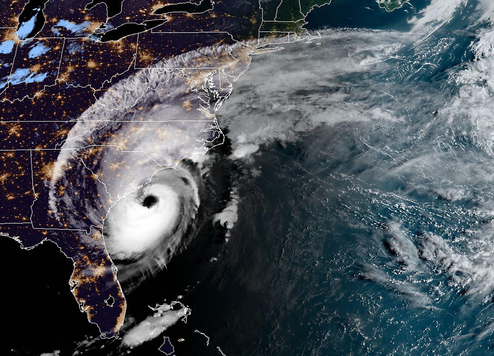 Esta imagen satelital obtenida de NOAA/ RAMMB, muestra la tormenta mientras se asienta sobre el sudeste de los EEUU a las 11: 20 UTC el 5 de septiembre de 2019. Dorian azota a las Carolinas con lluvia torrencial y vientos feroces mientras se acercaba a la costa este de Estados Unidos. Partes del centro de Charleston se inundaron, y se informó que docenas de calles se cerraron ya que se pronosticaron hasta 20 pulgadas (50 cm) de lluvia y los meteorólogos advirtieron sobre inundaciones repentinas