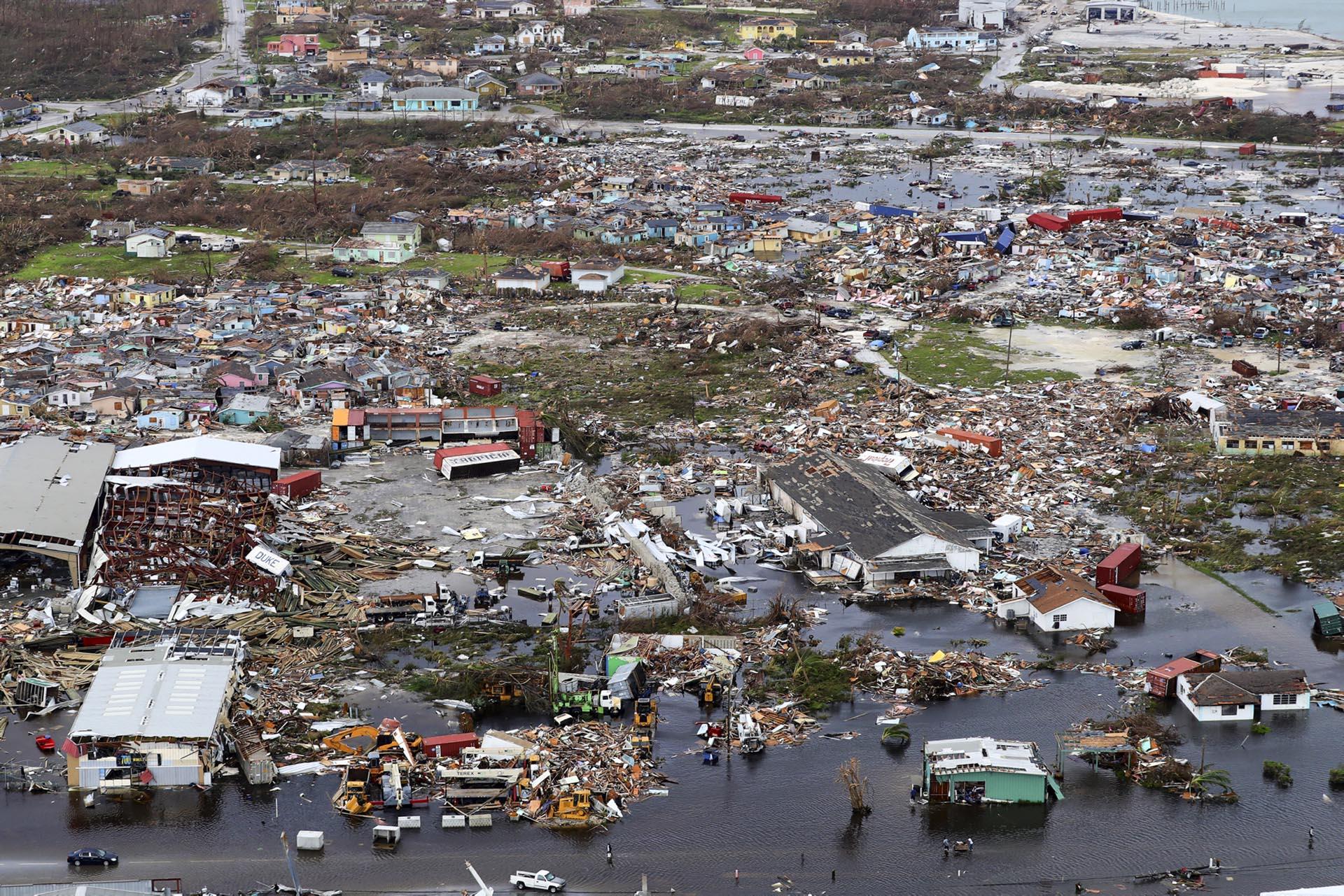 Una fotografía aérea entregada por el Ministerio de Defensa del Reino Unido (MOD) muestra escombros y destrucción tras el huracán Dorian en la isla Ábaco, en el norte de Bahamas, el 3 de septiembre de 2019 durante una misión de reconocimiento lanzada por personal a bordo RFA Mounts Bay