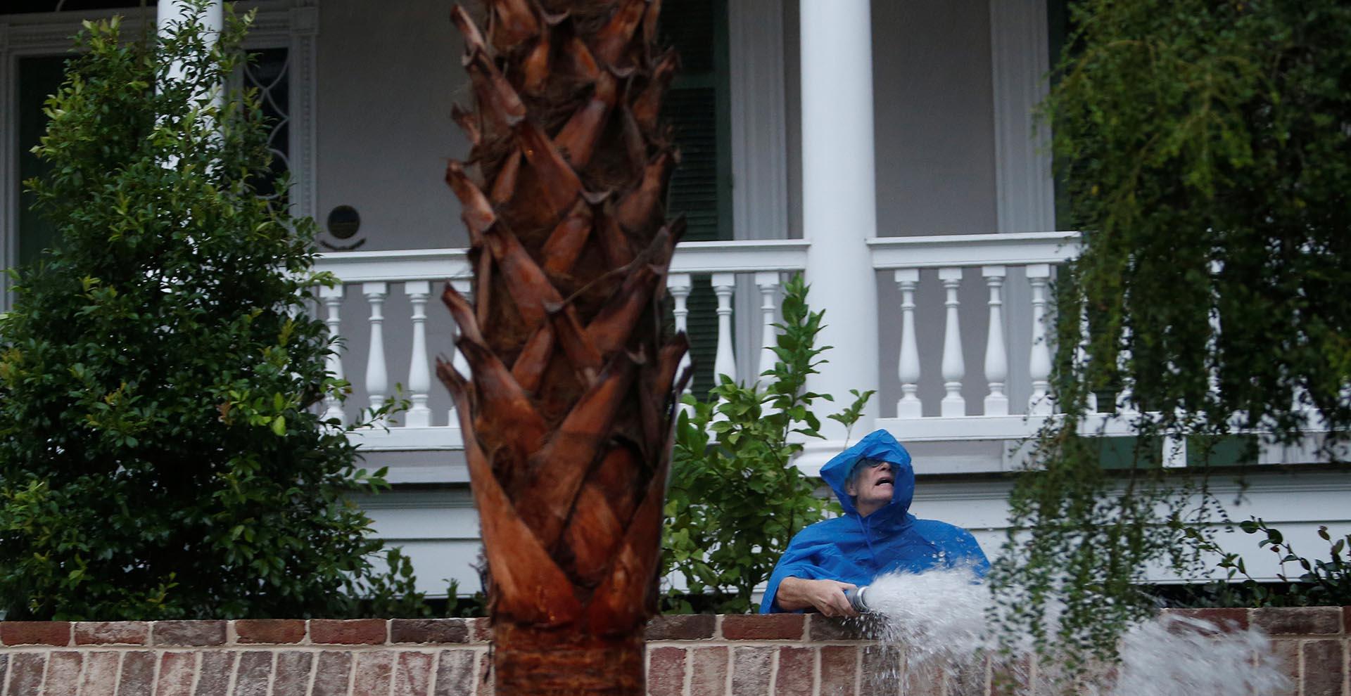 Un residente bombea agua desde su jardín enCharleston, South Carolina