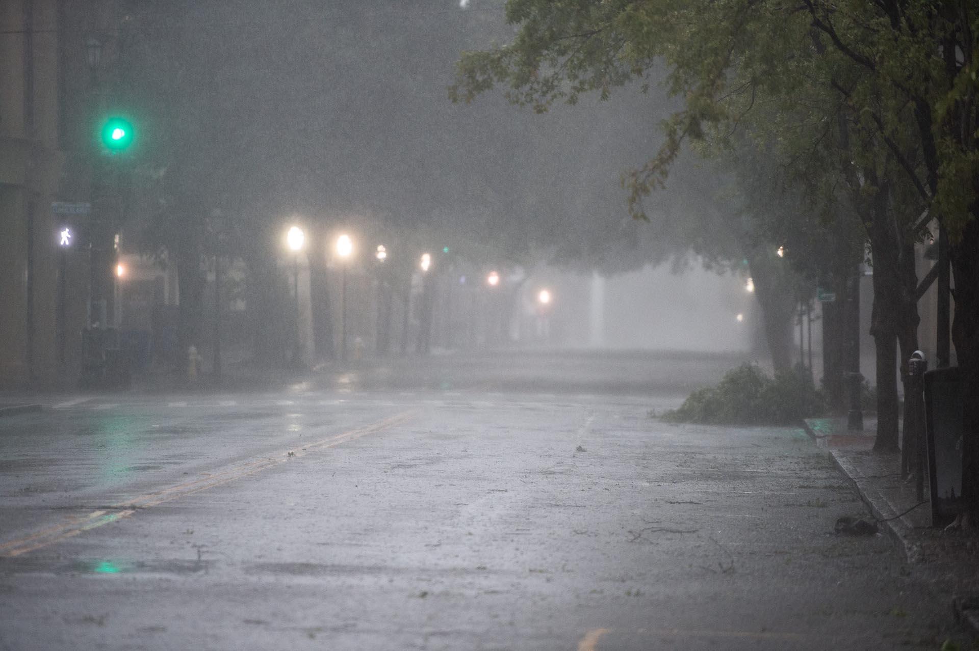 Meeting Street en Charleston, SC, está desierta con algunos escombros menores de los árboles esparcidos en el suelo a medida que el huracán Dorian se mueve a lo largo de la costa de Carolina del Sur el jueves 5 de septiembre de 2019. El centro de la tormenta estaba a 100 kilómetros al sur-sureste de Charleston a las 7 a. m. con vientos sostenidos de 185 km/h, según el Centro Nacional de Huracanes (Charleston Dorian)