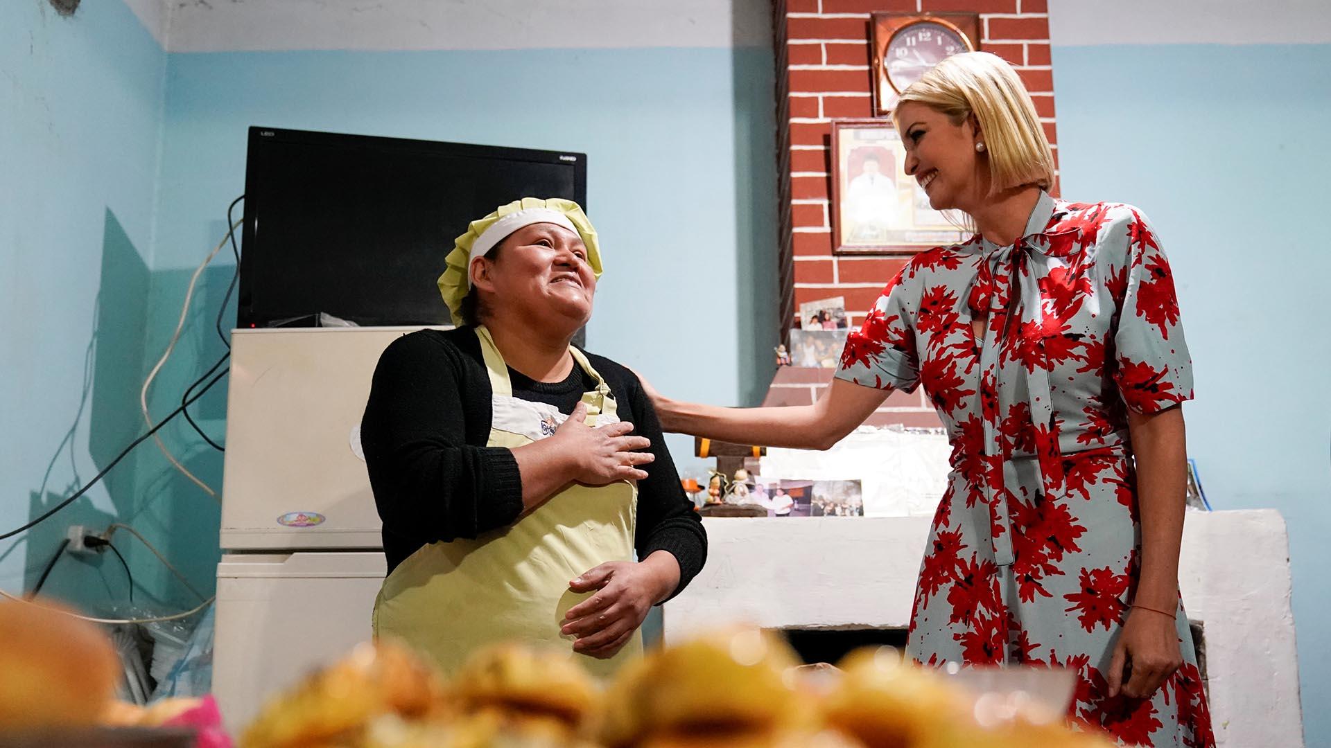 Ivanka Trump visitó una panadería. Su dueña, Graciela Alcocer, se pone la mano en el corazón tras el saludo de la hija de Donald Trump. Es una de las comerciantes que forma parte de un plan de microcréditos impulsado por los Estados Unidos