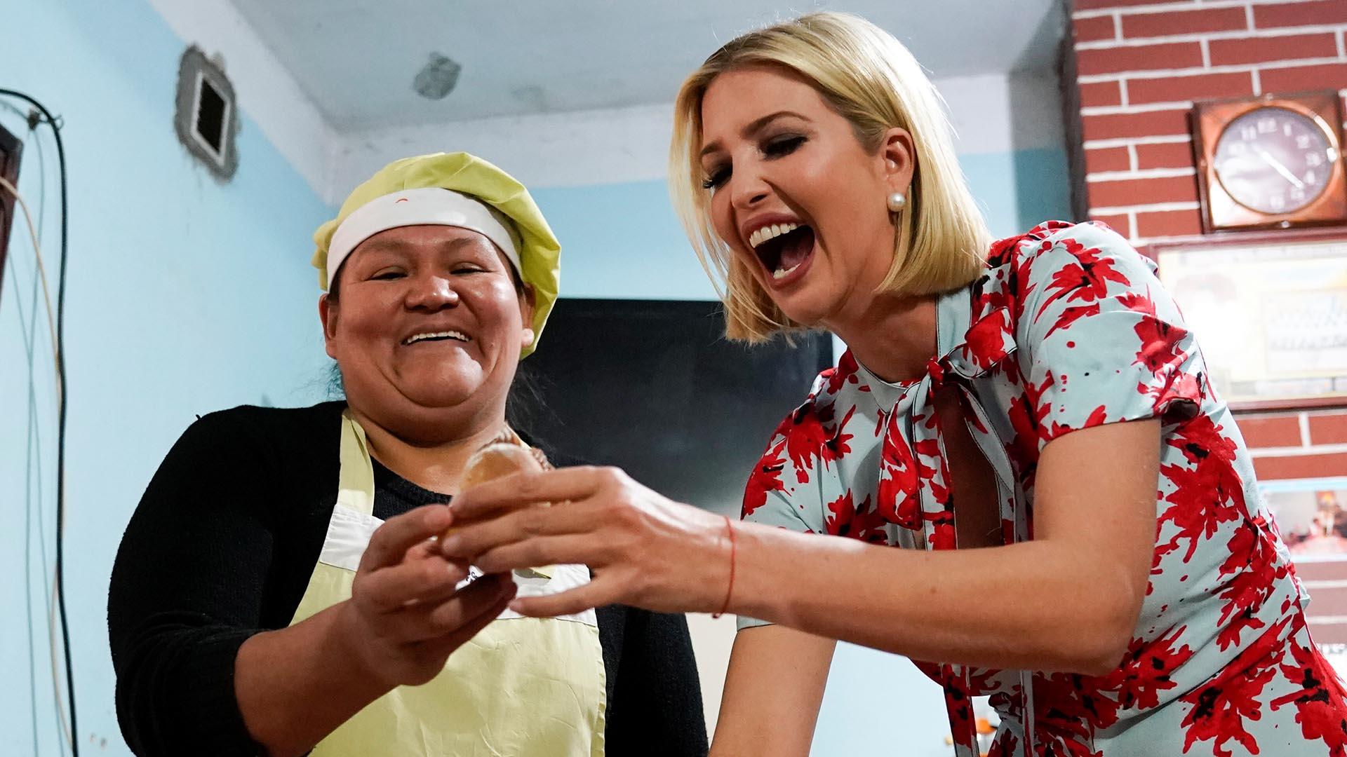 Ivanka y Graciela sonríen para las fotos