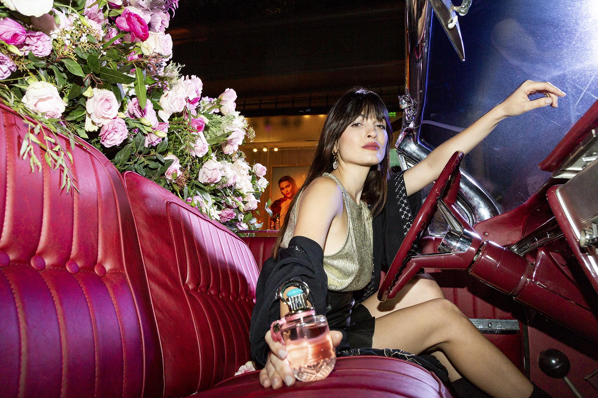 La modelo Carla Moure en la presentación del perfume. Otro detalle del perfume es el tapón dorado de estilo bohemio acompaña al frasco, aportándole el toque Boho distintivo de la firma y se corona con una piedra azul turquesa que nos lleva al mimo y cuidado en los detalles, característicos en Rapsodia