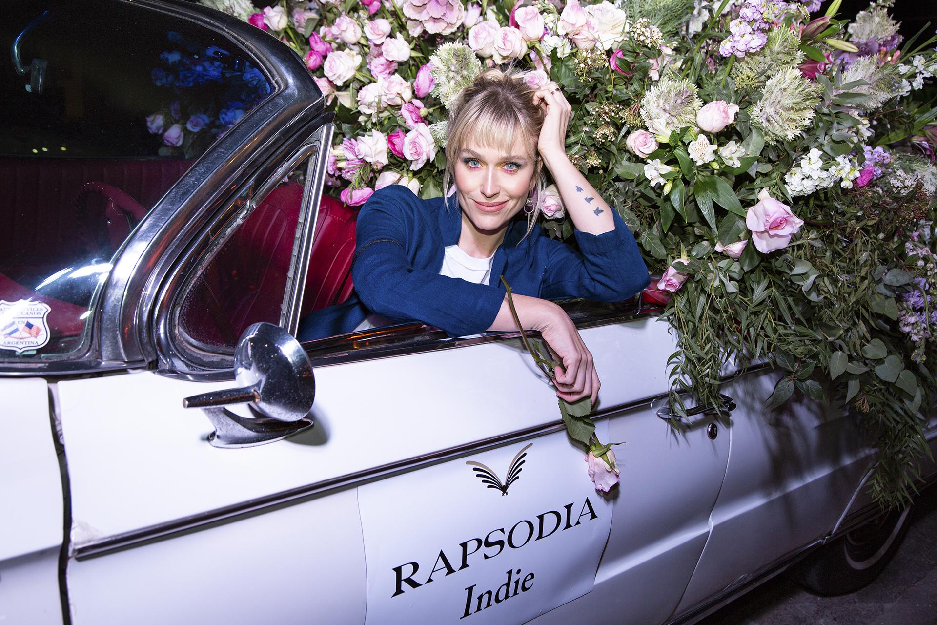 Brenda Gandini divertida en el auto Rapsodia Indie en la presentación de la nueva fragancia de la marca