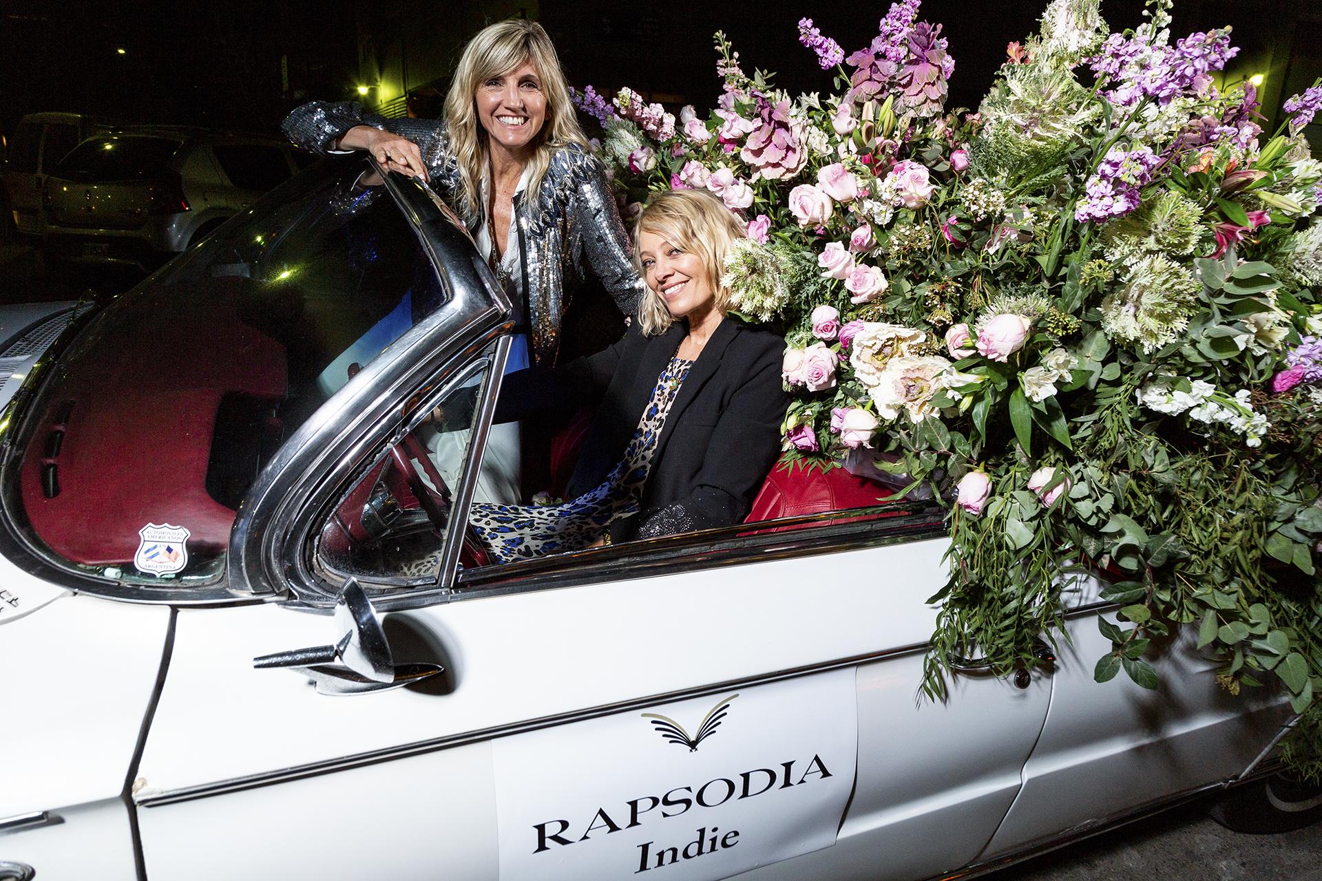Sol Acuña y Josefina Helguera rodeadas de flores, dueñas y creadoras de la marca