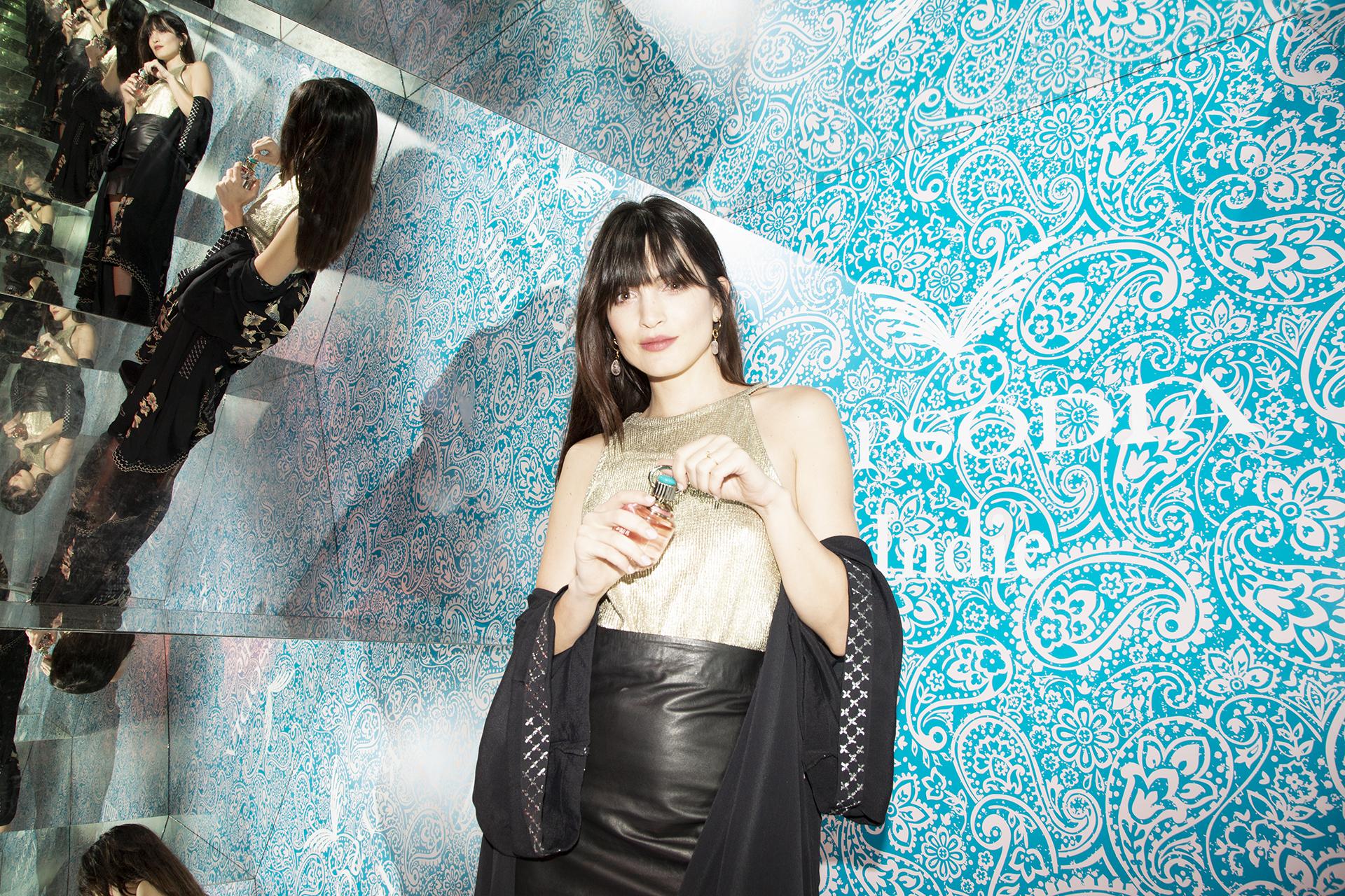 Carla Moure con su perfume Rapsodia Indie