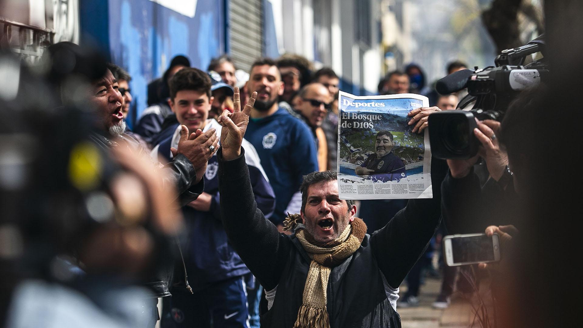 Una multitud de fanáticos inundó las inmediaciones de la sede de Gimnasia antes de que esta abra sus puertas