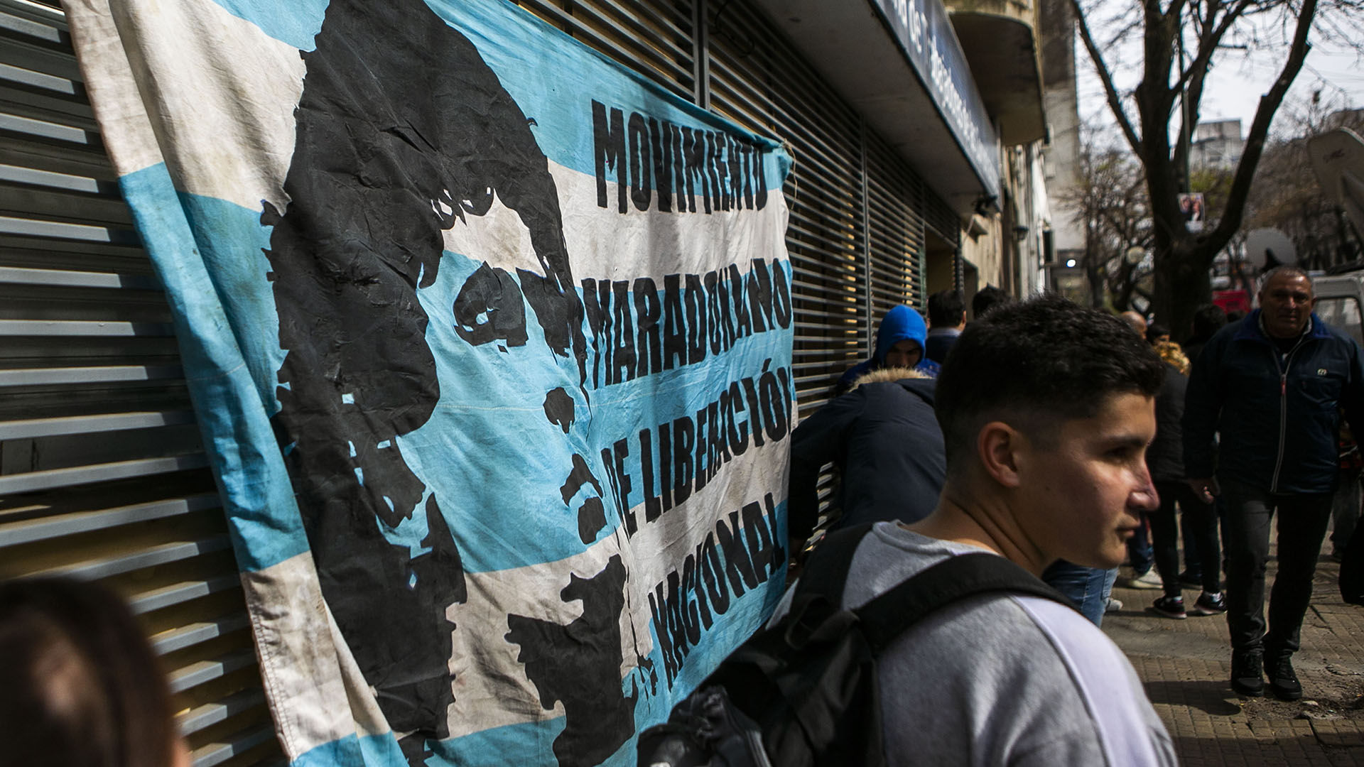 """Banderas dedicadas al """"Diez"""" se pudieron apreciar en la fila de espera"""