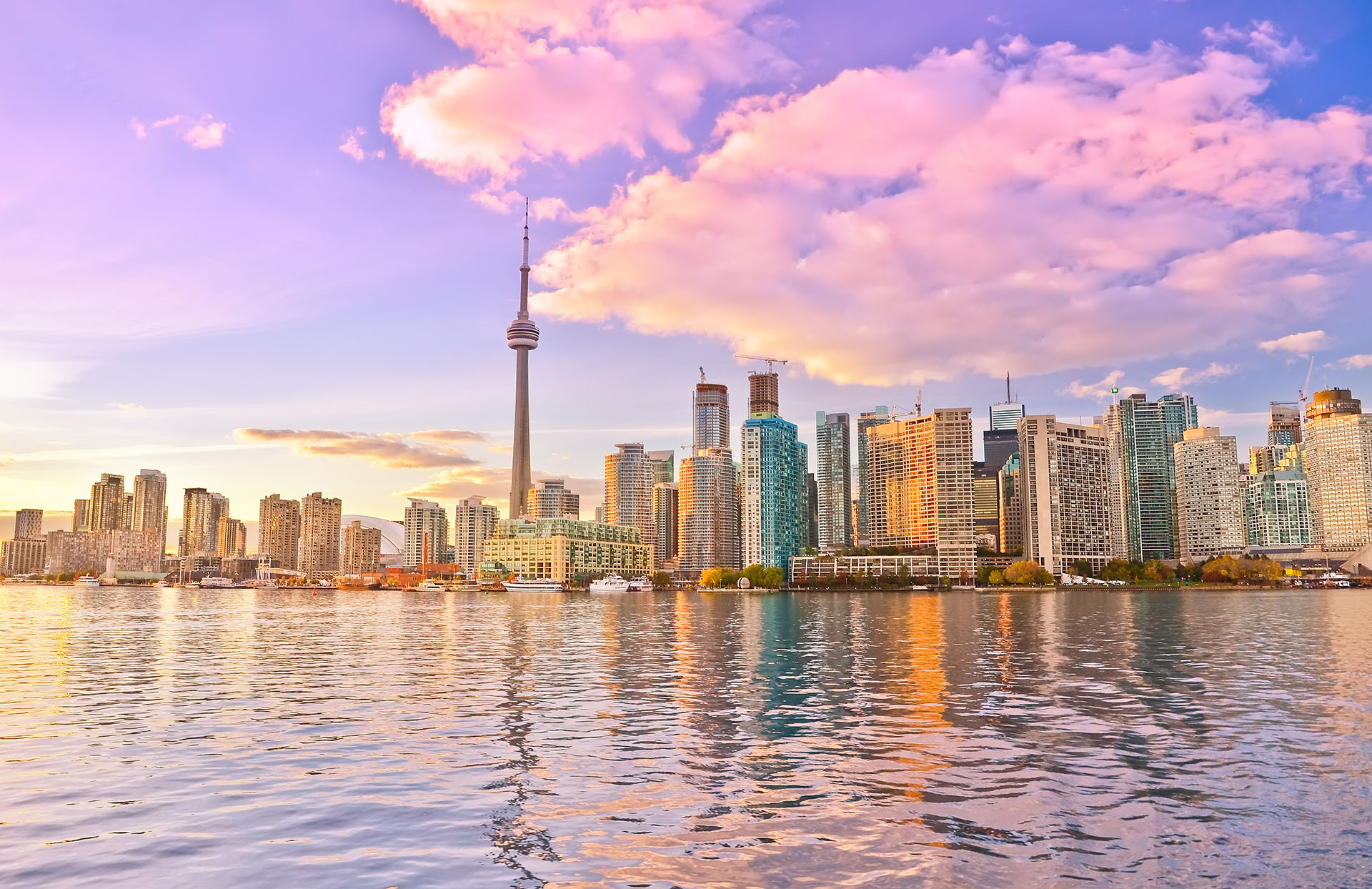 La ciudad más grande y más poblada de Canadá, además del centro financiero de dicho país, es conocida por su dinamismo y espíritu cosmopolita. Es una de las ciudades más convocantes para aquellos que buscan vivir una experiencia en otro país