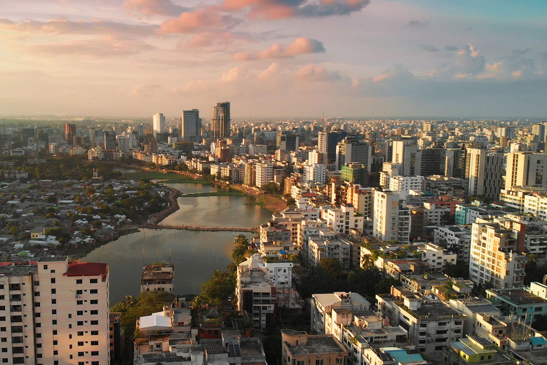 Sin embargo, la capital de Bangladesh posee edificios históricos, mezquitas y jardines, entre varias imponentes obras arquitectónicas