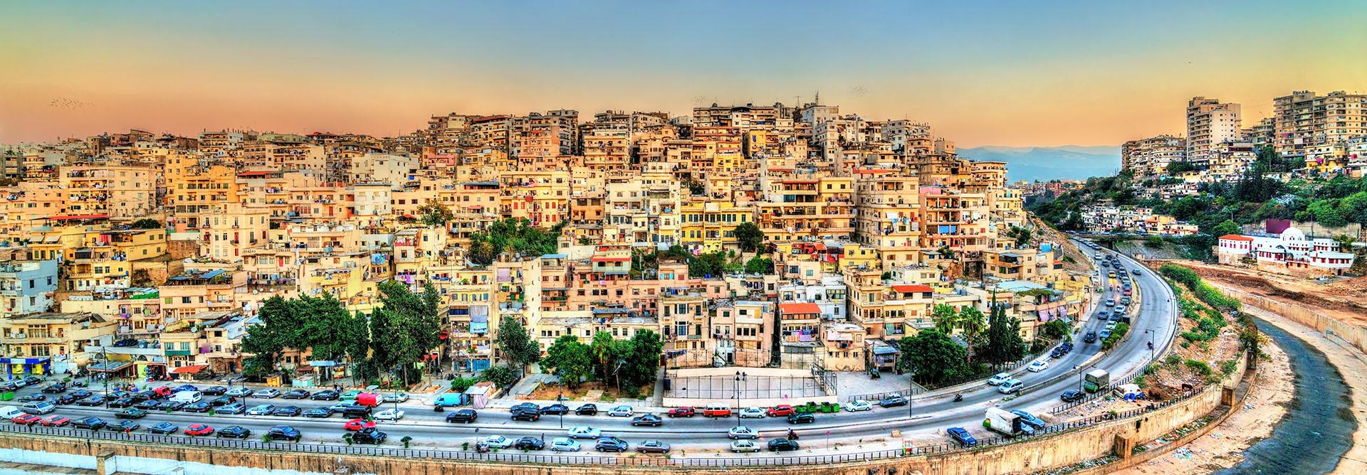 Trípoli es la capital y la ciudad más poblada de Libia. Su nombre, etimológicamente, procede del griego Tri polis: tres ciudades