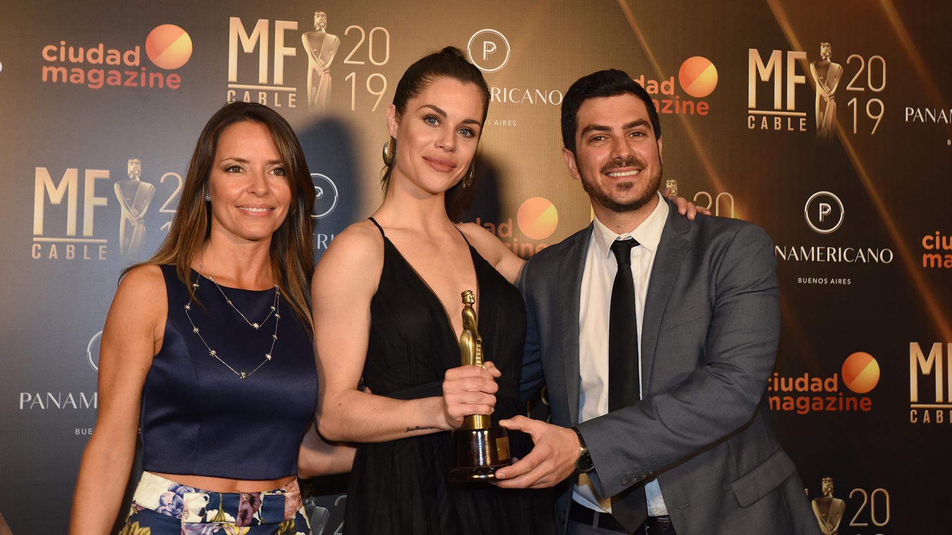 """María Úngaro, Flor Ventura y Diego Costa, con el premio al mejor programa de deportes extremos, por """"Winter News"""""""