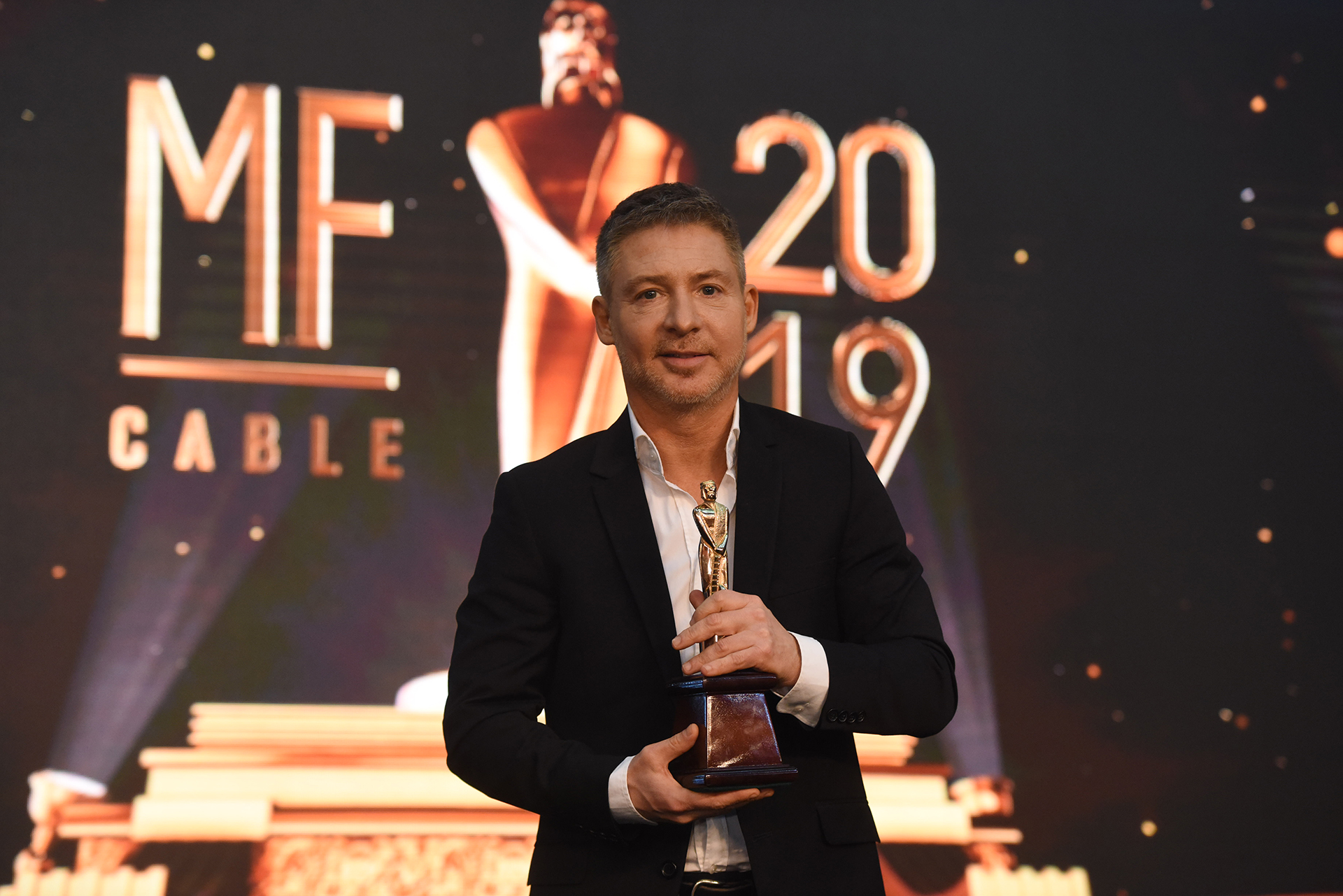 La felicidad de Adrián Suar en el final de la entrega de premios