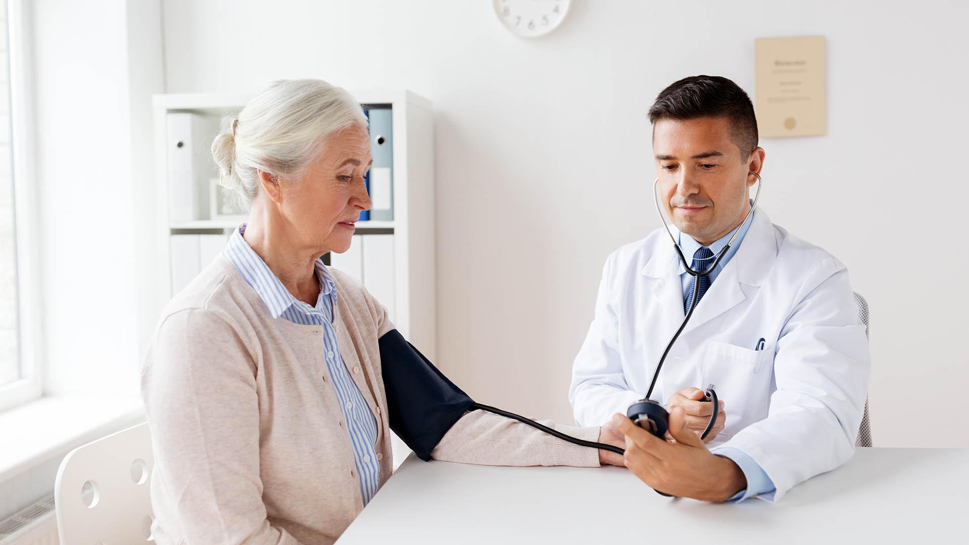 Niveles seguros de presión arterial para personas mayores