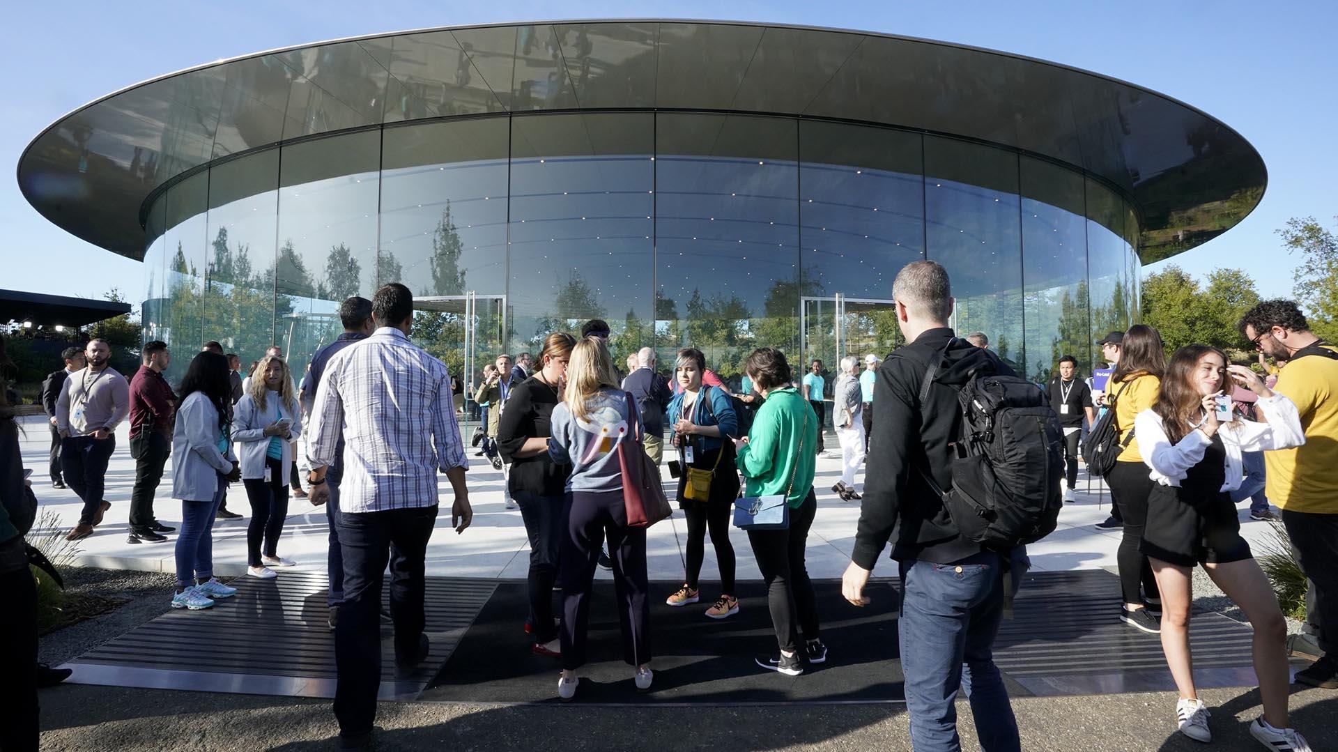 La gente llega al complejo de Apple en Cupertino, California, para un anuncio de nuevos productos este martes 10 de septiembre de 2019 (AP Photo/Tony Avelar)