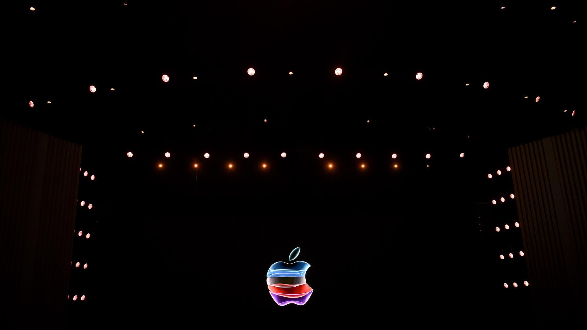 El logotipo de la manzana se proyecta en una pantalla antes del inicio del Apple Special Event (Photo by Josh Edelson / AFP)