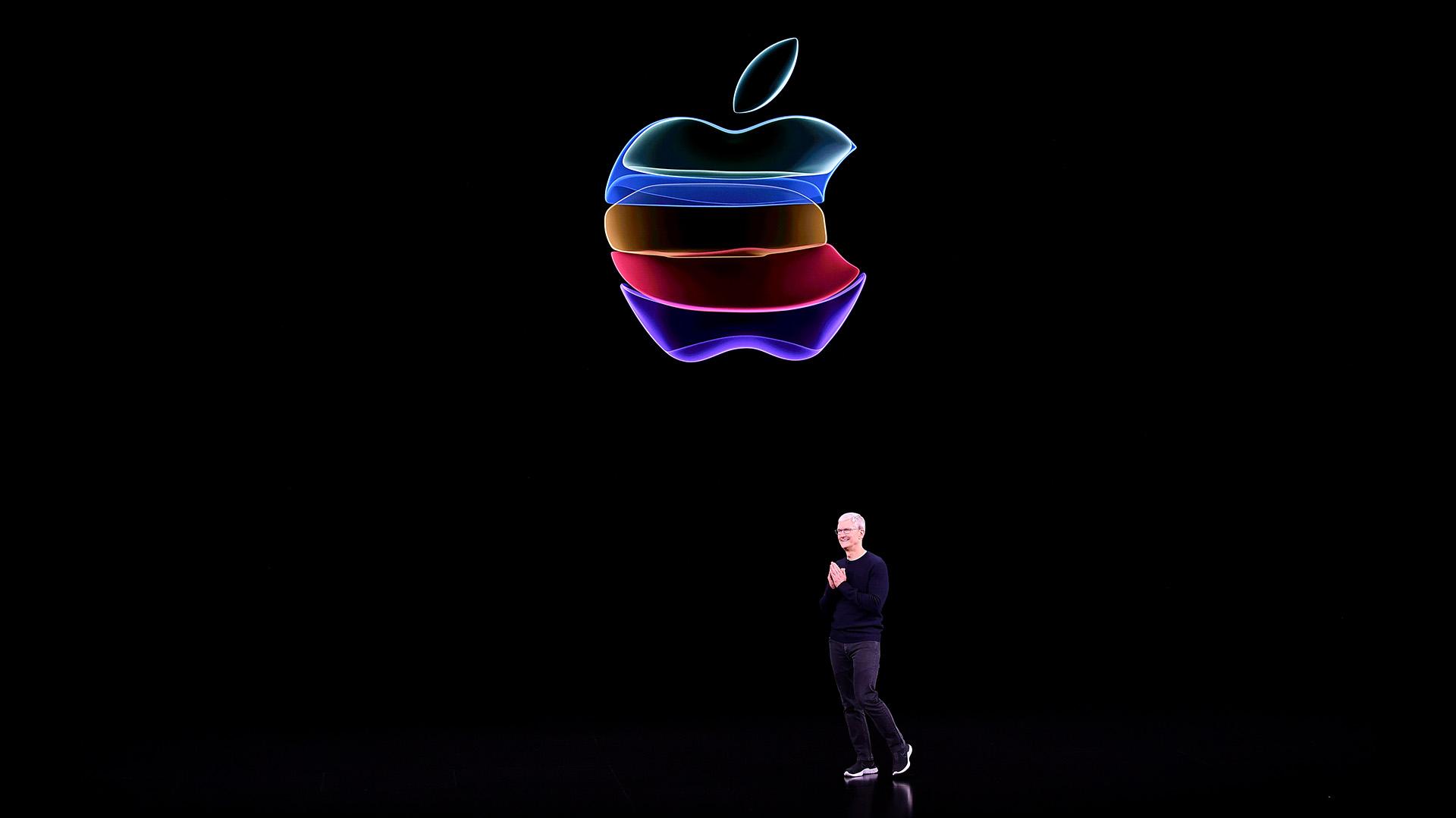 Tim Cook, CEO de Apple, habla en el escenario durante la presentación de productos en la sede de Apple en Cupertino, California, el 10 de septiembre de 2019 (Photo by Josh Edelson / AFP)
