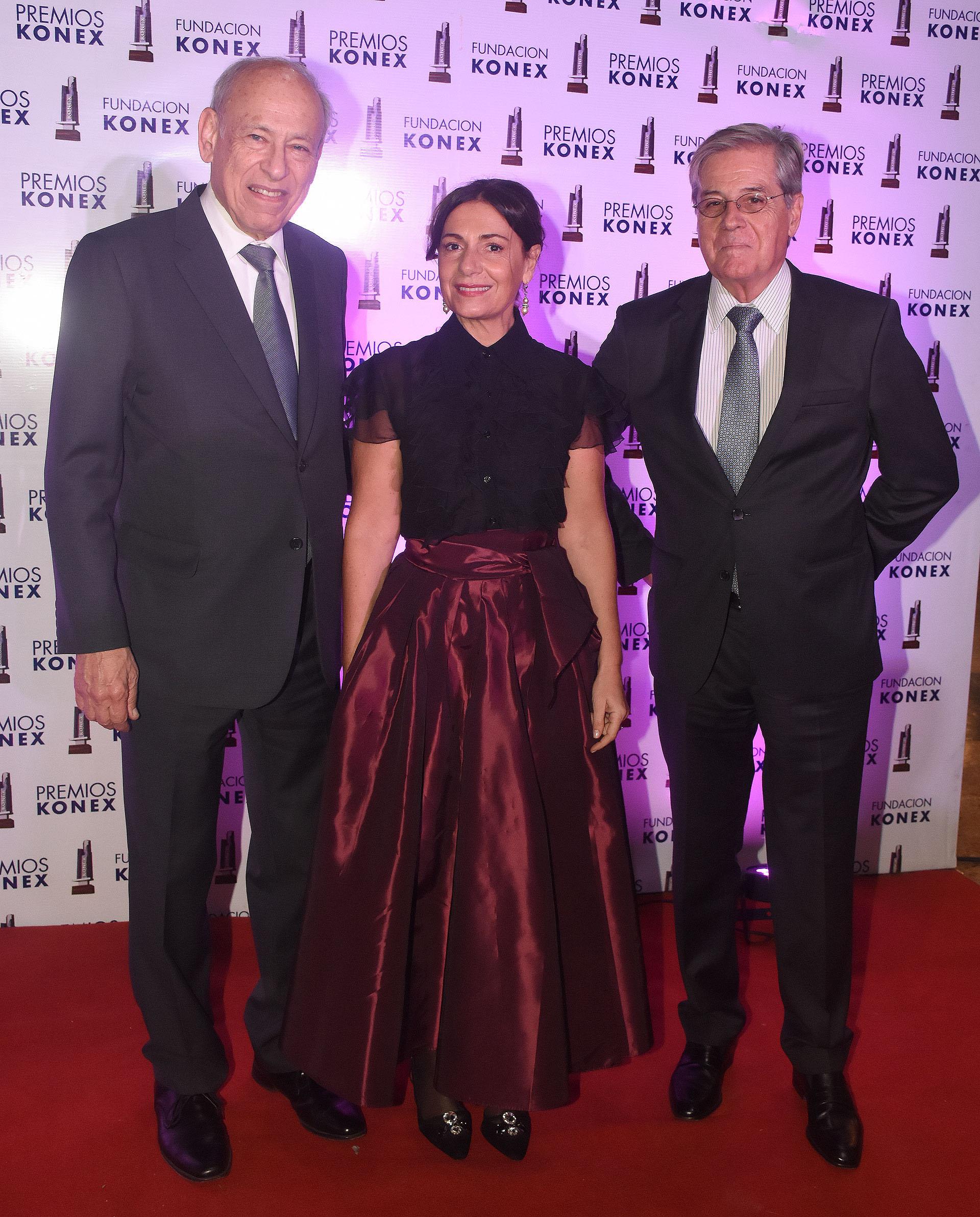 El presidente de los premios Konex Luis Ovsejevich junto a Verónica Cangemi, ganadora del premio Konex por cantante femenina y Luis Alberto Erize