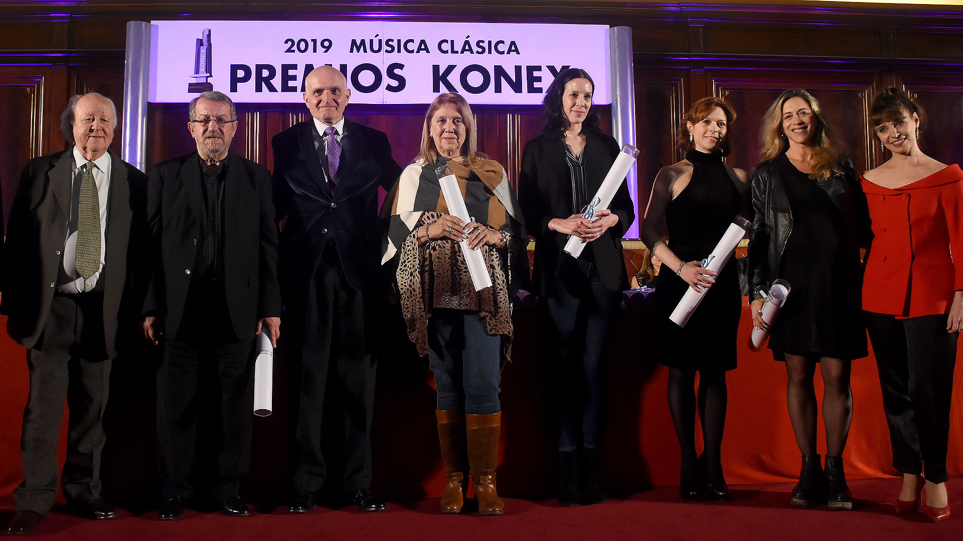 Por el premio Konex en bailarina, en representación de Marianela Nuñez su padre Norberto, su mamá Helena y su sobrino Hernán, en representación de Ludmila Pagliero Paula Cassano, por Luciana Paris su padre Jorge, Julieta Paul Kler y Sol Rourich