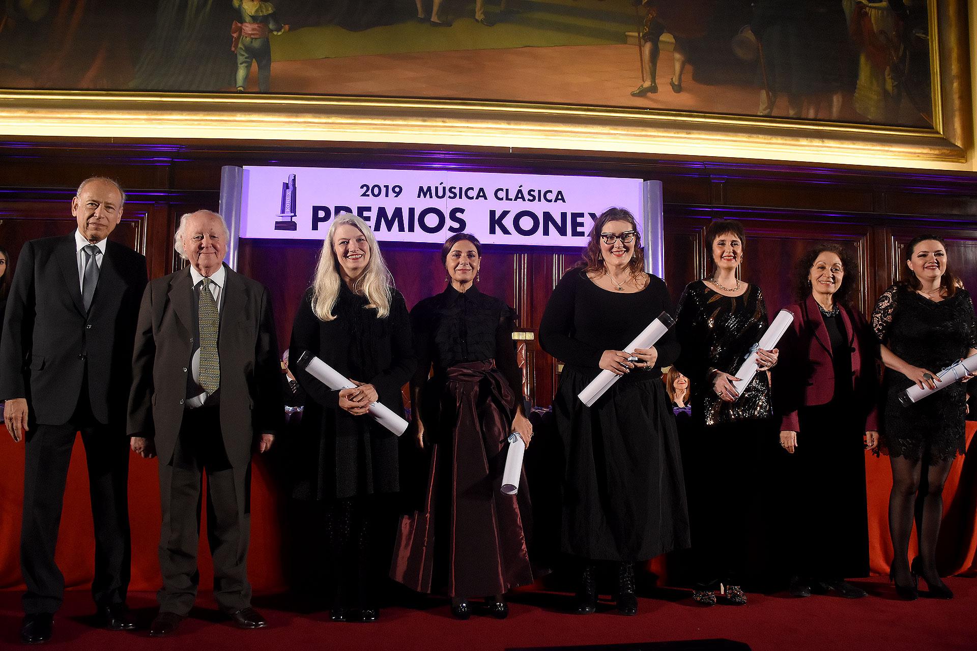 En la disciplina de cantante femenina, Veronica Cangemi, Mónica Ferracani, Carla Flipcic Holm, María Cristina Kiehr y Daniela Tabernig