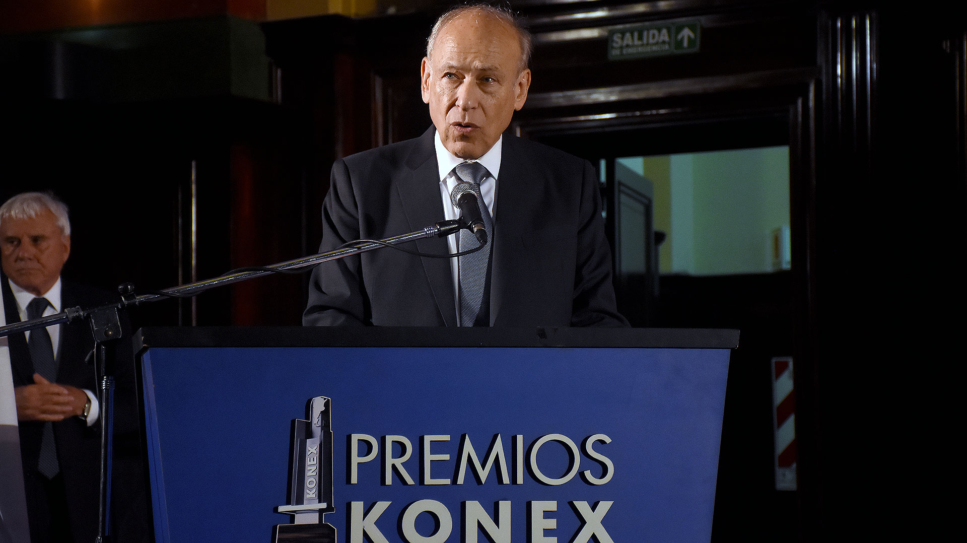Luis Ovsejevich brindó unas palabras de agradecimiento en su discurso de bienvenida en el salón de actos de la Facultad de Derecho