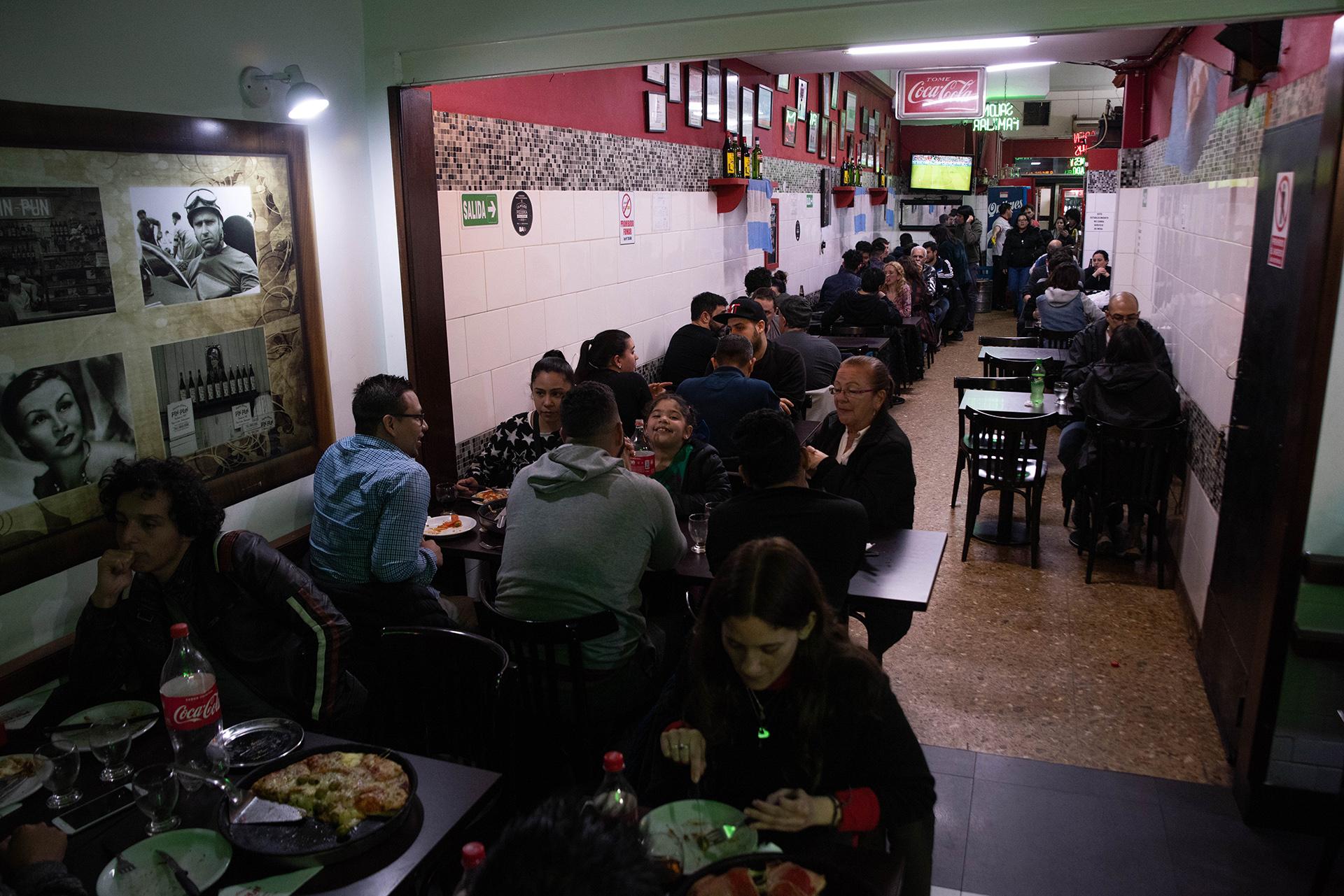 El salón de Pin Pun de Almagro, lleno. La fila para esperar por una mesa llegaban hasta la Avenida Medrano