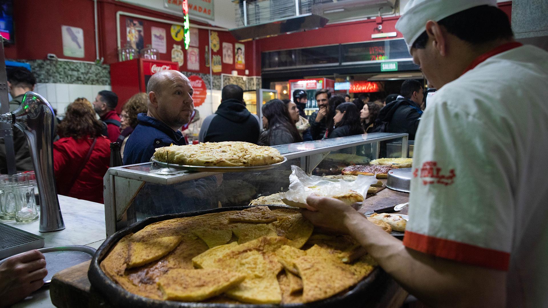 """El martes en Buenos Aires se vivió """"La Noche de las Pizzerías"""". Comercios adheridos APPYCE ofrecieron un 50% de descuento en pizzas enteras y empanadas a sus clientes"""