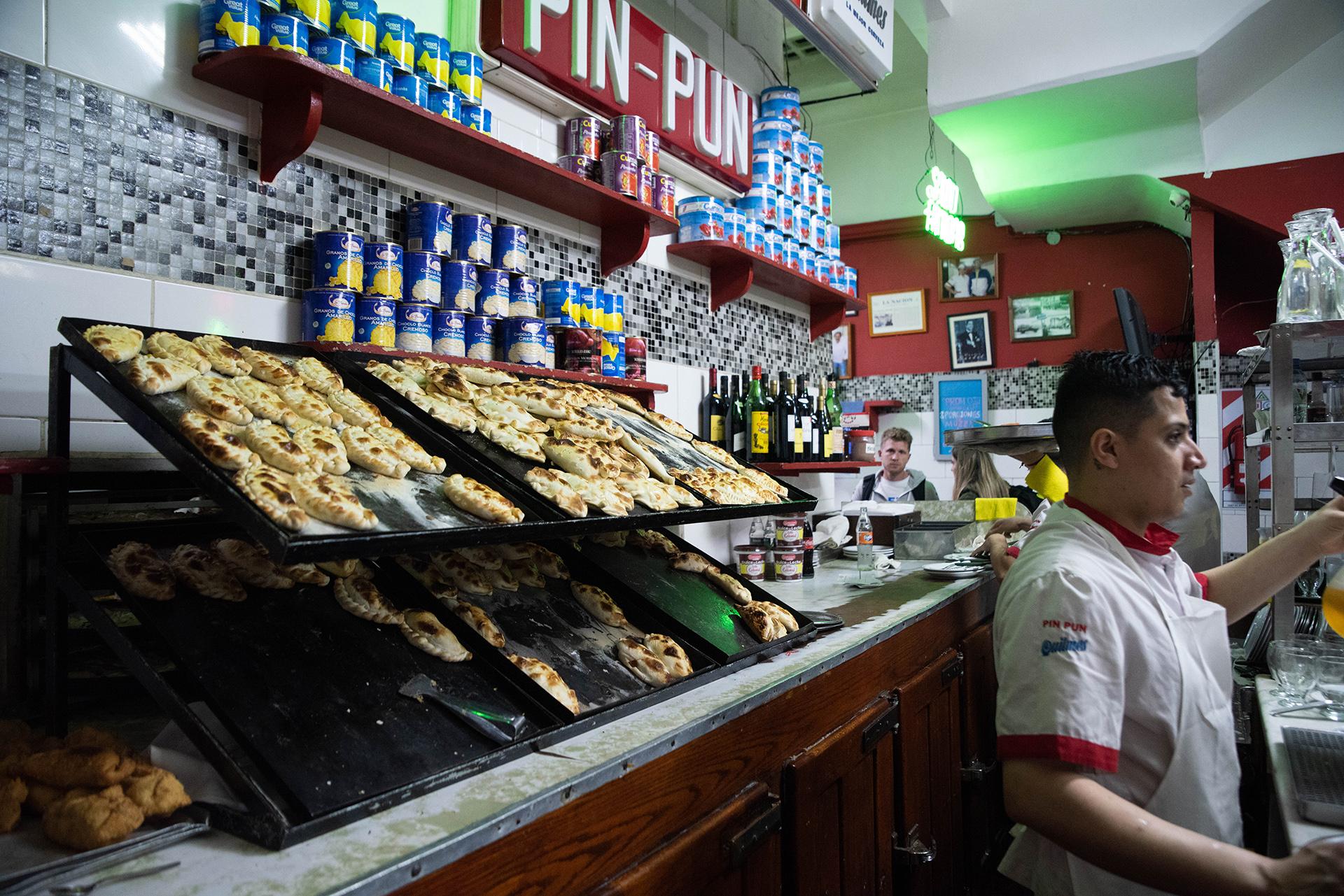 En Pin Pun, desde que comenzaron, la especialidad son las empanadas. Sin embargo, recibieron varios premios por sus exquisitas pizzas. A pesar de tener opciones de empanadas fritas también tienen al horno