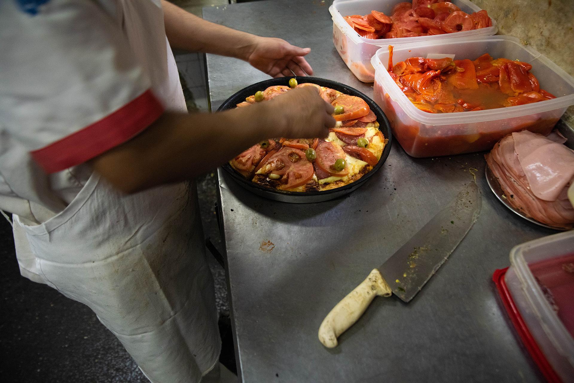 En plena acción. En la cocina de la pizzería Pin Pun las comandas no dejaban de cantar. Pizzas, empanadas y hasta postres. De todos los sabores y en su versión grande