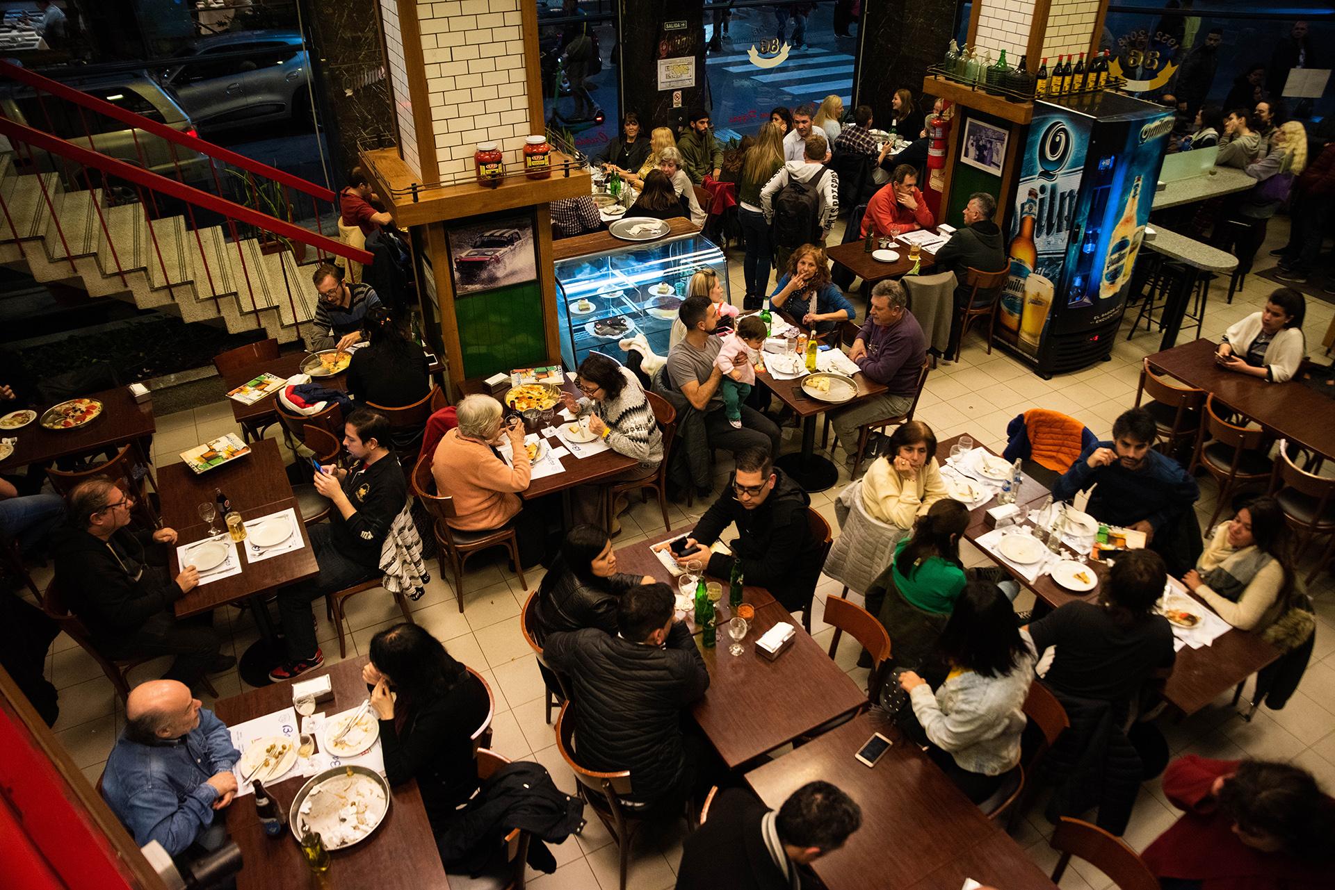 A salón lleno, la pizzería Banchero de Talcahuano. Con más de media cuadra de espera para disfrutar de las deliciosas pizzas de la casa