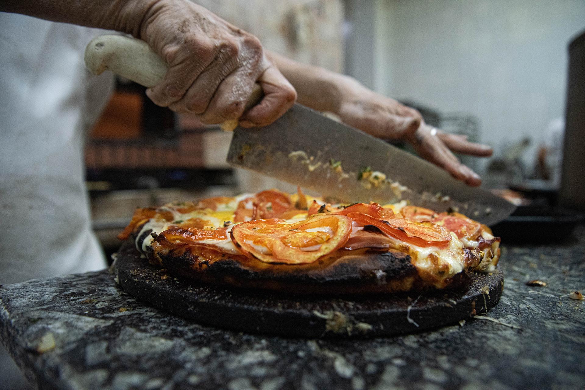 La pizza napolitana es otra de las especialidades de la casa. Con muzzarella y tomate, es una de las favoritas de todos los comensales