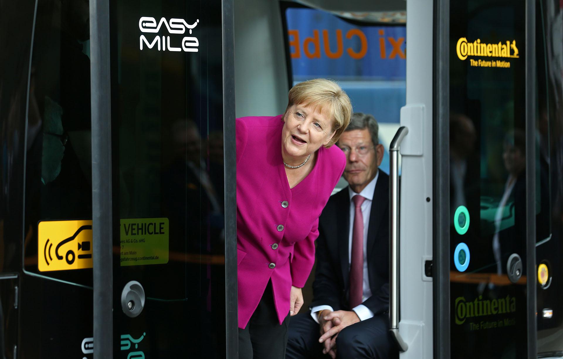 La canciller alemanaAngela Merkely elPresidentede laAsociaciónAlemana de la Industria Auotomotriz(VDA), Bernhard Mattes, dentro de un Continental CUbEen el SalónInternacionaldel Automóvil (IAA) en Frankfurt,Alemania, el 12 de septiembre de 2019