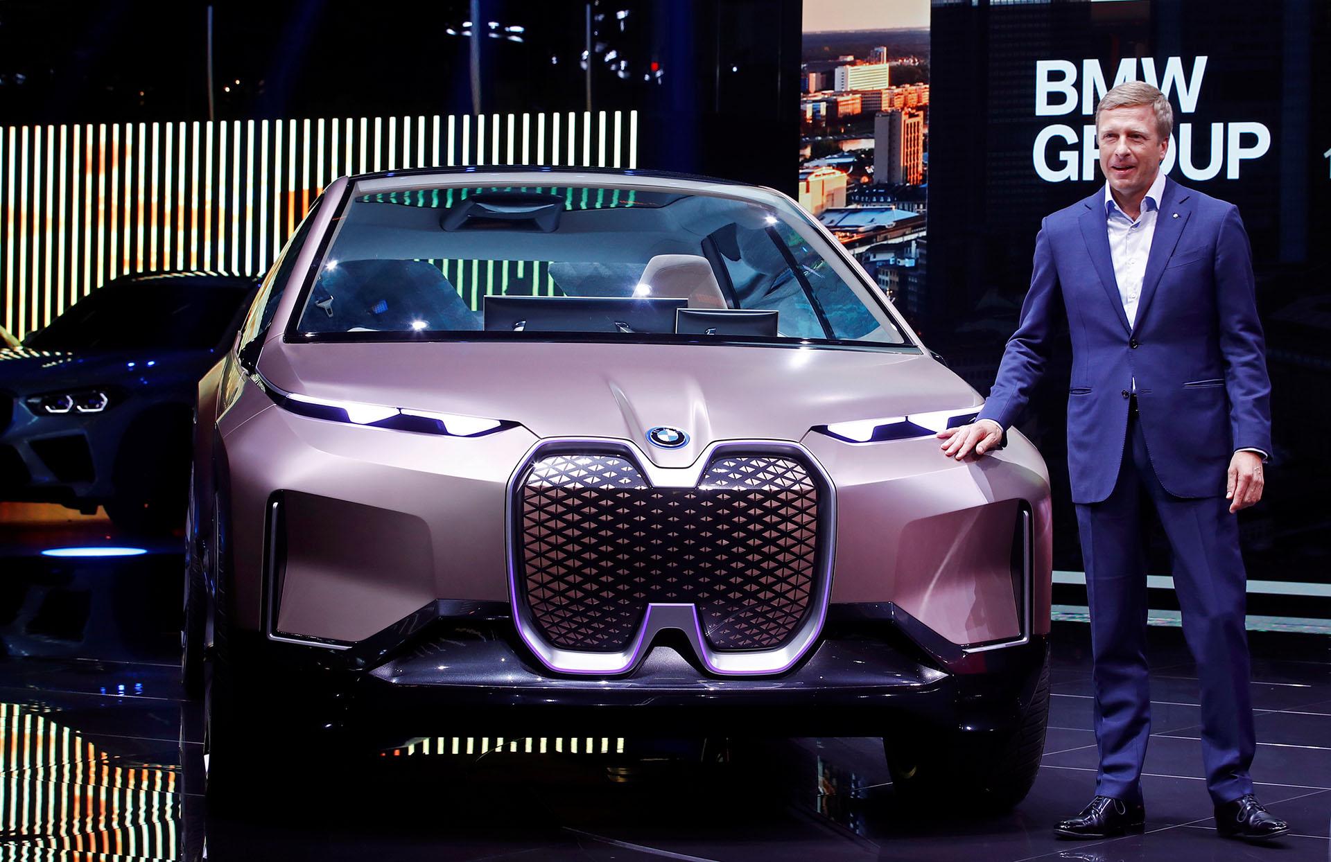 El nuevo CEO del fabricante alemán de automóviles de lujo BMW, Oliver Zipse, habla junto a un BMW Vision iNext en el Salón del Automóvil de Frankfurt (IAA)