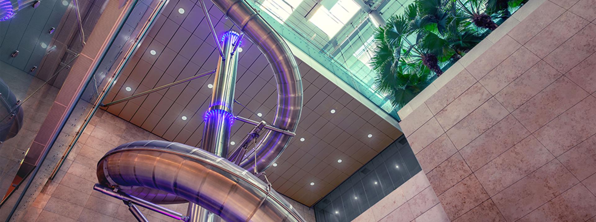 El tobogán de cuatro pisos de alto es una de las principales atracciones de Changi (Foto: Especial)