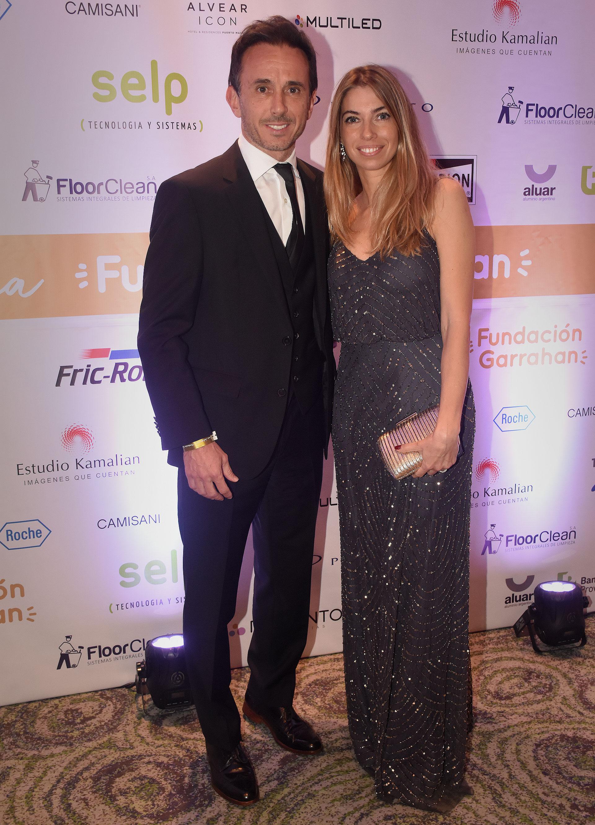 El titular de la Superintendencia de Servicios de Salud, Sebastian Neuspiller, junto a su pareja Lucila Bagu