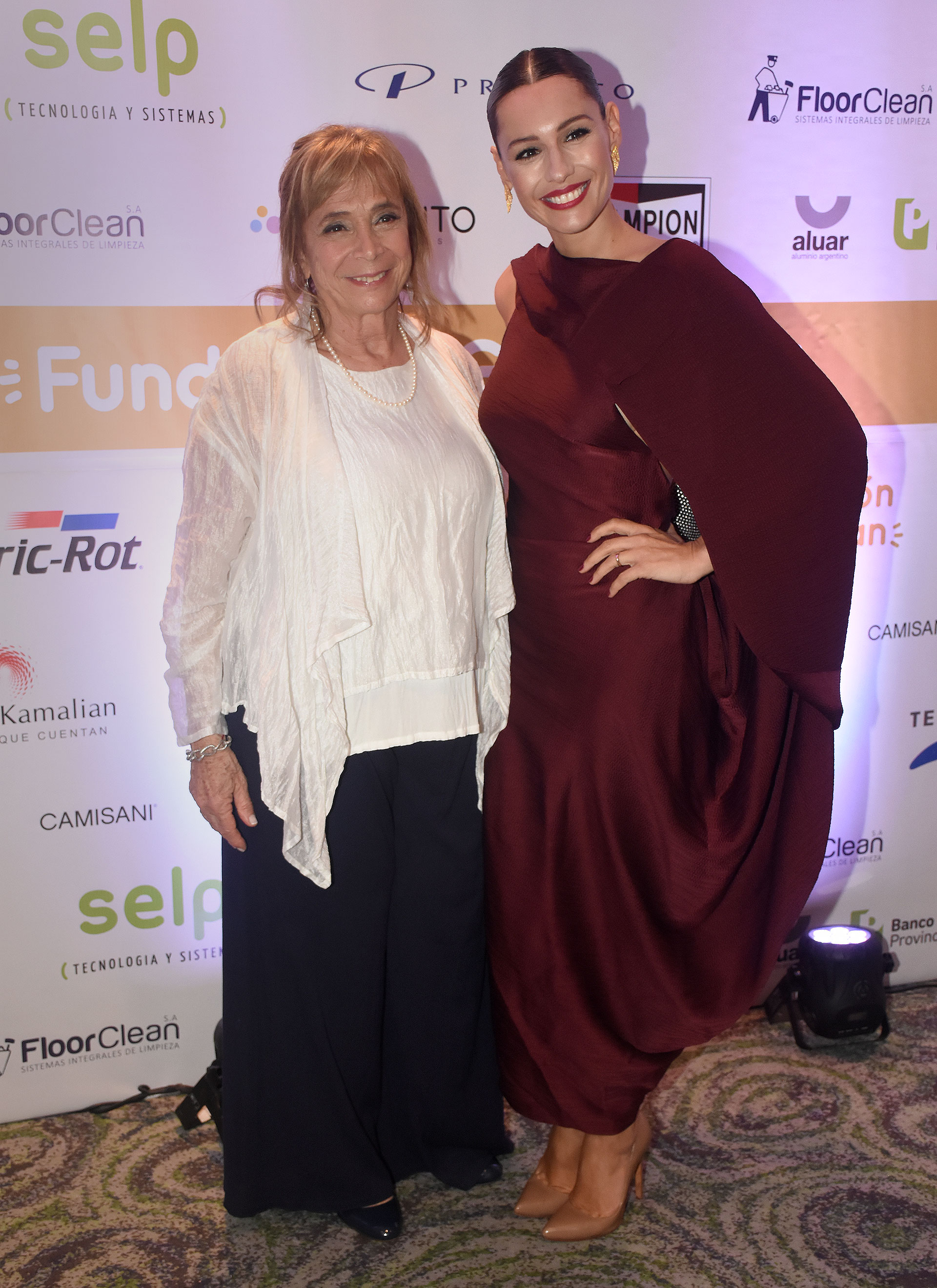"""Beatriz Reznik, directora de relaciones institucionales de Fundación Garrahan, y Carolina """"Pampita"""" Ardohain posaron juntas para una foto"""