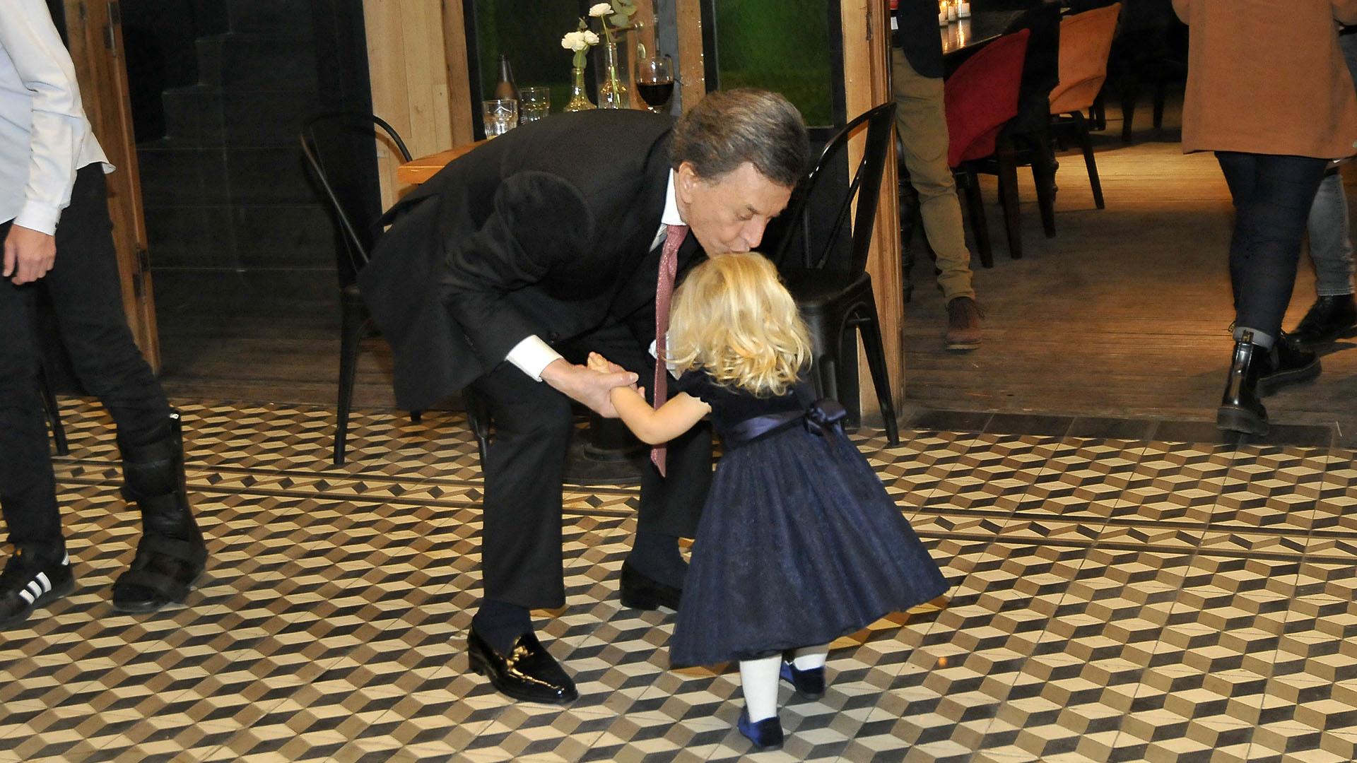 Palito Ortega besa a la pequeña Matilda, la hija de Luciana Salazar