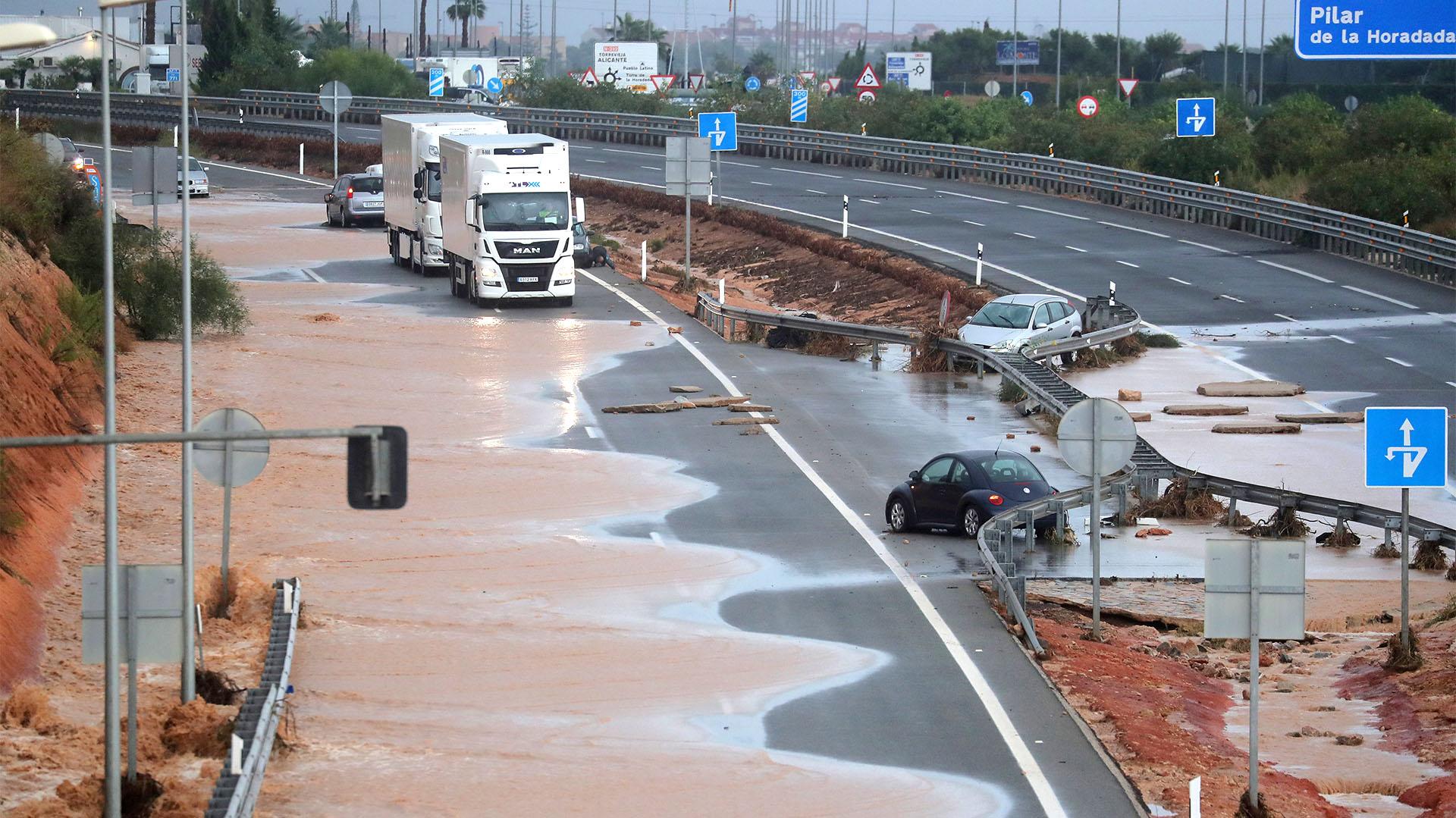 Vehículos varados en la autopista AP-7 tras las fuertes inundaciones en Pilar de la Horadada (REUTERS/Sergio Pérez)