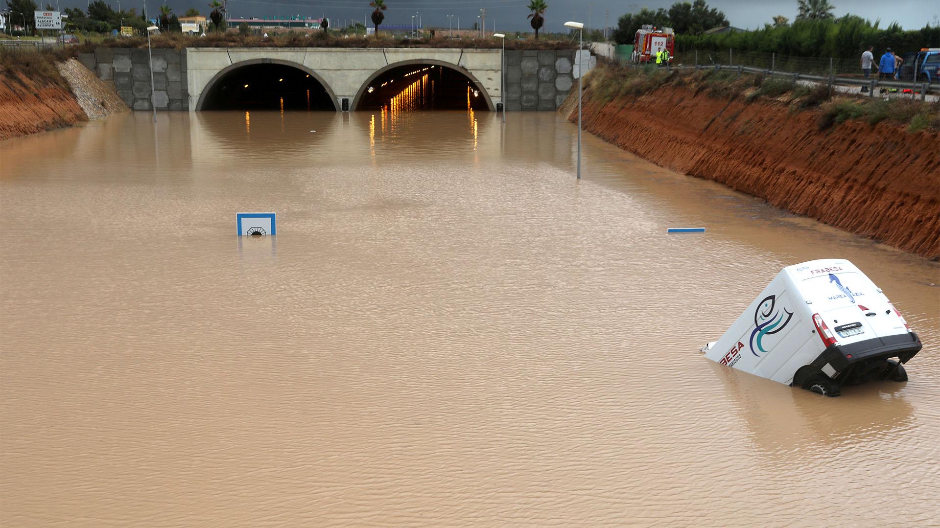 Un vehículo parcialmente sumergido es fotografiado cerca de un túnel inundado después de fuertes lluvias en Pilar de la Horadada, España (REUTERS/Sergio Pérez)