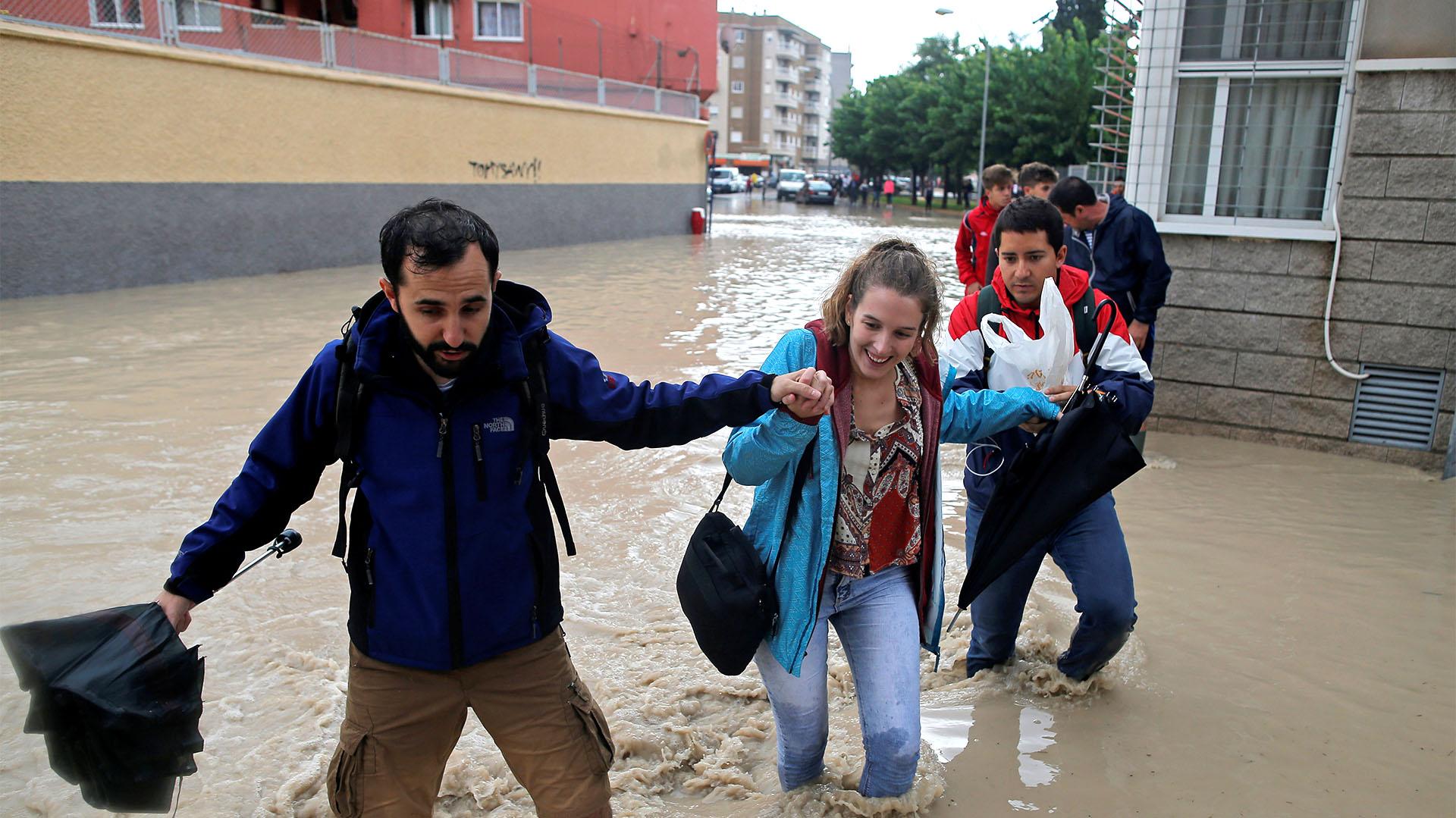 La gente vadea por una calle inundada cerca del desbordante río Segura en Orihuela, cerca de Murcia (REUTERS/Jon Nazca)