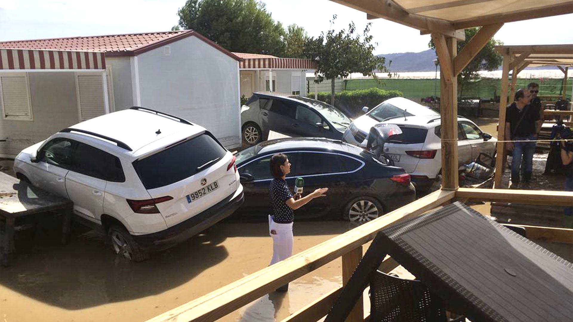 Una reportera de televisión informa desde un campamento inundado en el área de Cabo de Gata, cerca de Ruescas, Almería (Foto AP/Serge Carthwright)