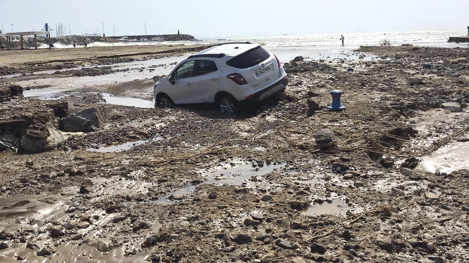 Un auto yace en el barro después de una inundación en San José, Almería, en el sudeste de España (Foto AP/Serge Carthwright)