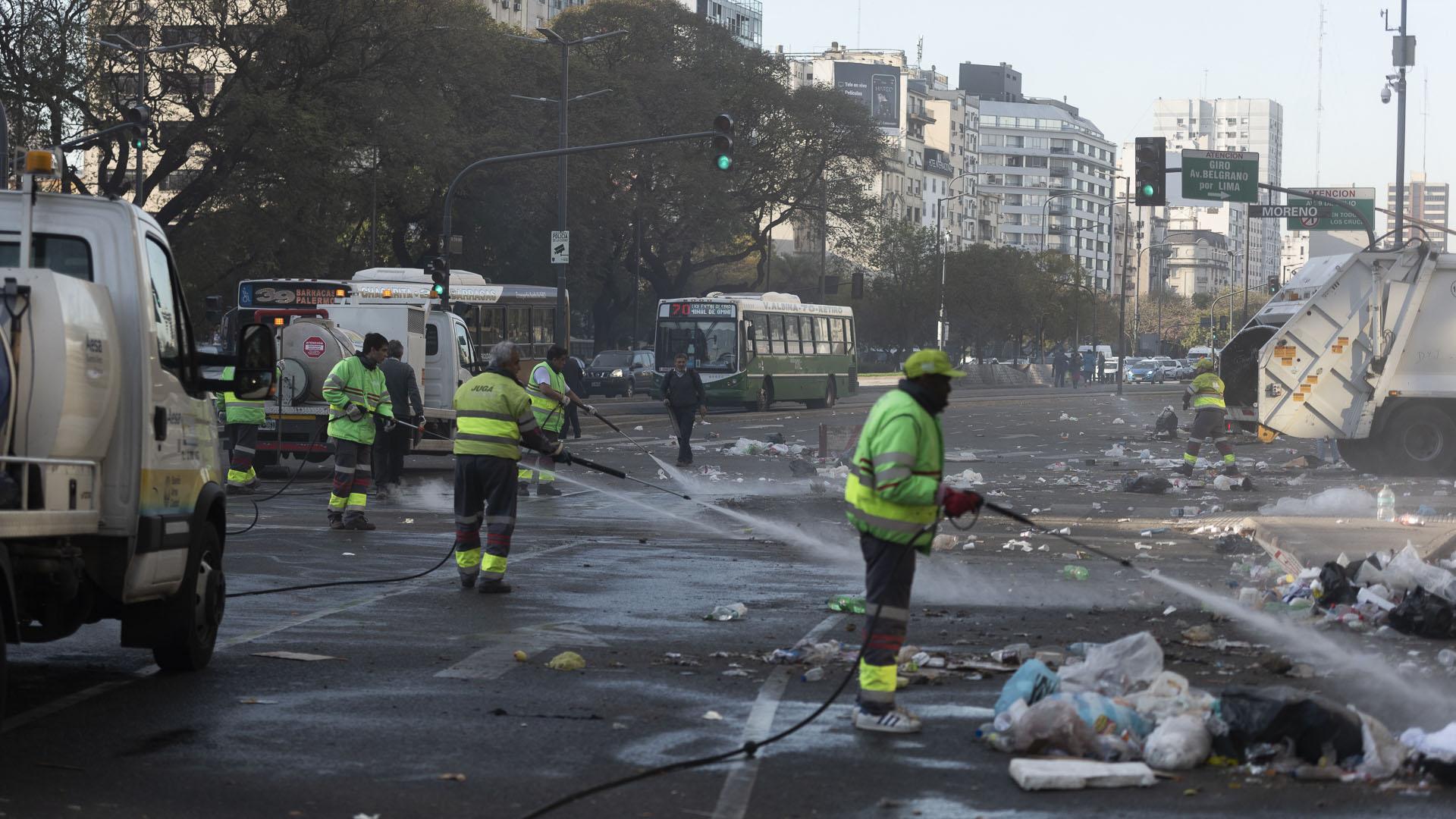 Las tareas de limpieza comenzaron apenas los manifestantes se fueron del lugar