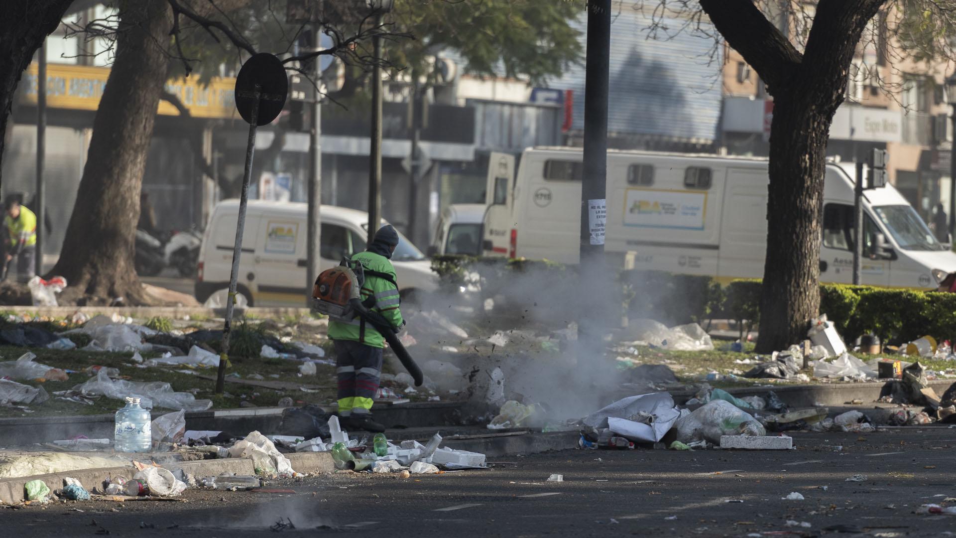 Una gran cantidad de basura quedó esparcida por la zona
