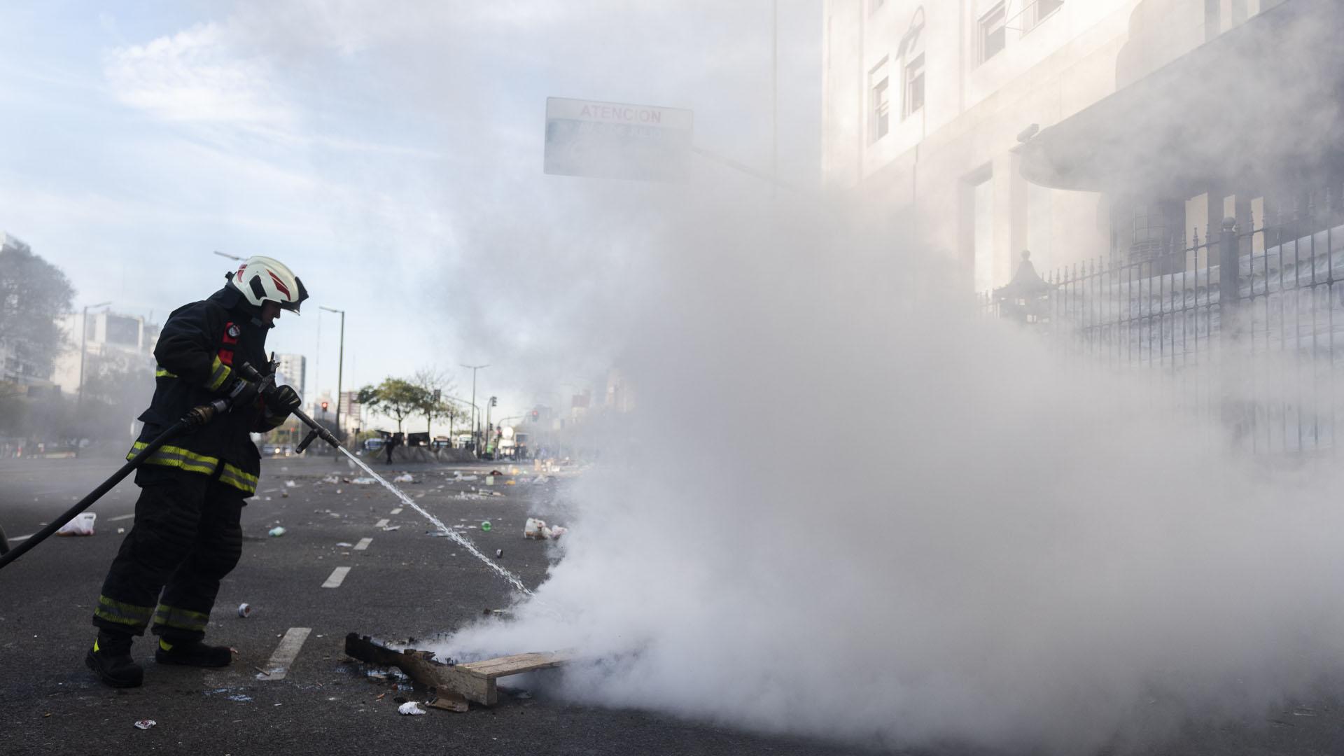 La autoridades de la Ciudad aguardaron el retiro de todos los manifestantes para comenzar con las tareas de limpieza
