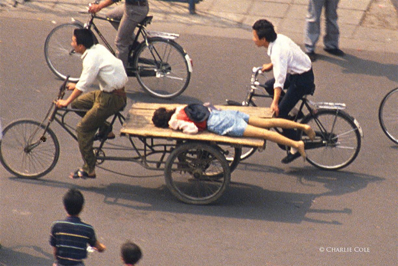 Una mujer con una herida de bala por disparos de soldados del Ejército Popular de Liberación en el borde de la Plaza de Tiananmen el 5 de junio de 1989 (Charlie Cole)
